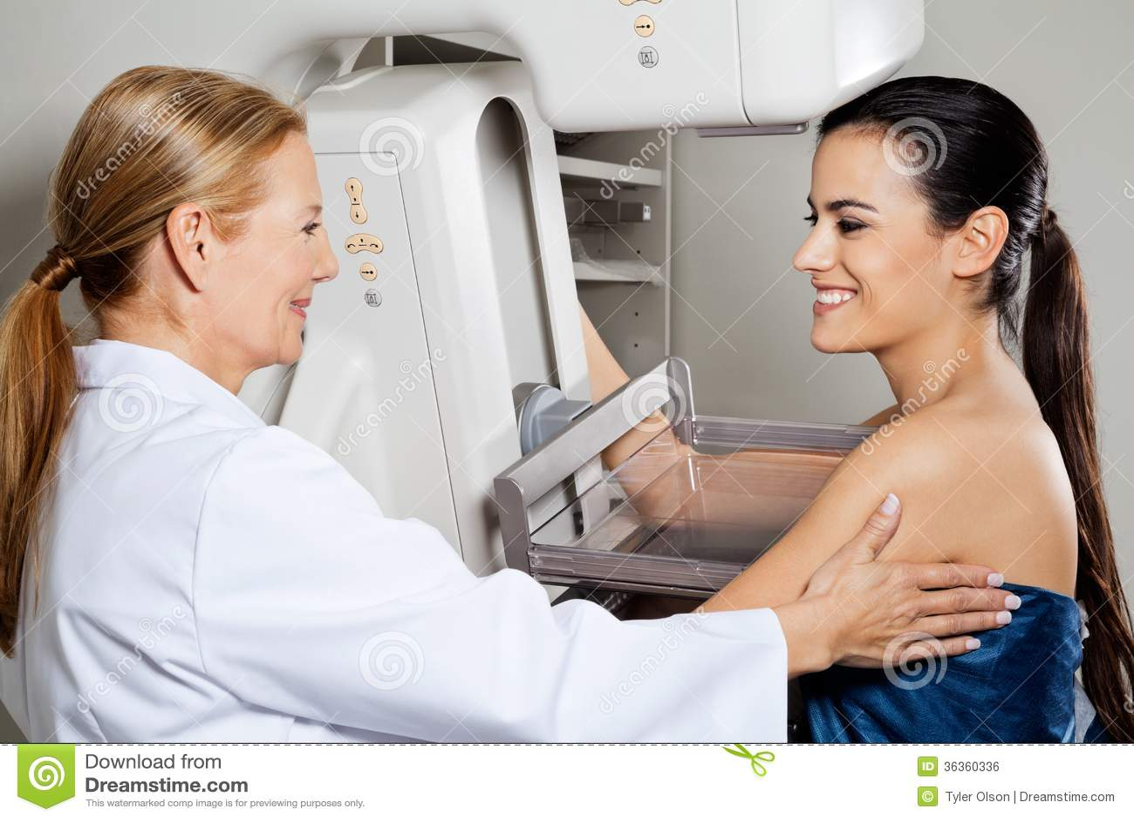 Teste do raio X do mamograma do doutor With Patient Getting
