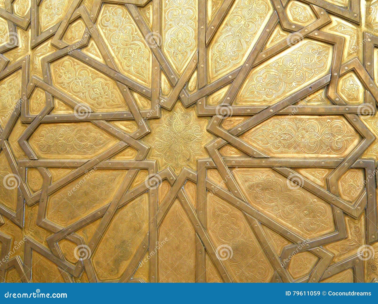 Teste padrão árabe impressionante da porta de bronze no fez, Marrocos, para o fundo