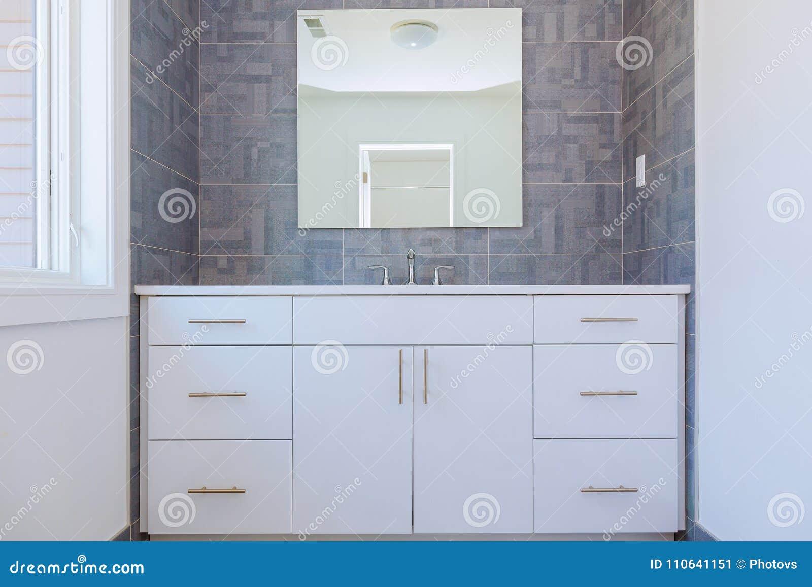 Teste padrão de pedra cinzento o design de interiores contemporâneo telhado do banheiro com detalhes de madeira naturais mínimos