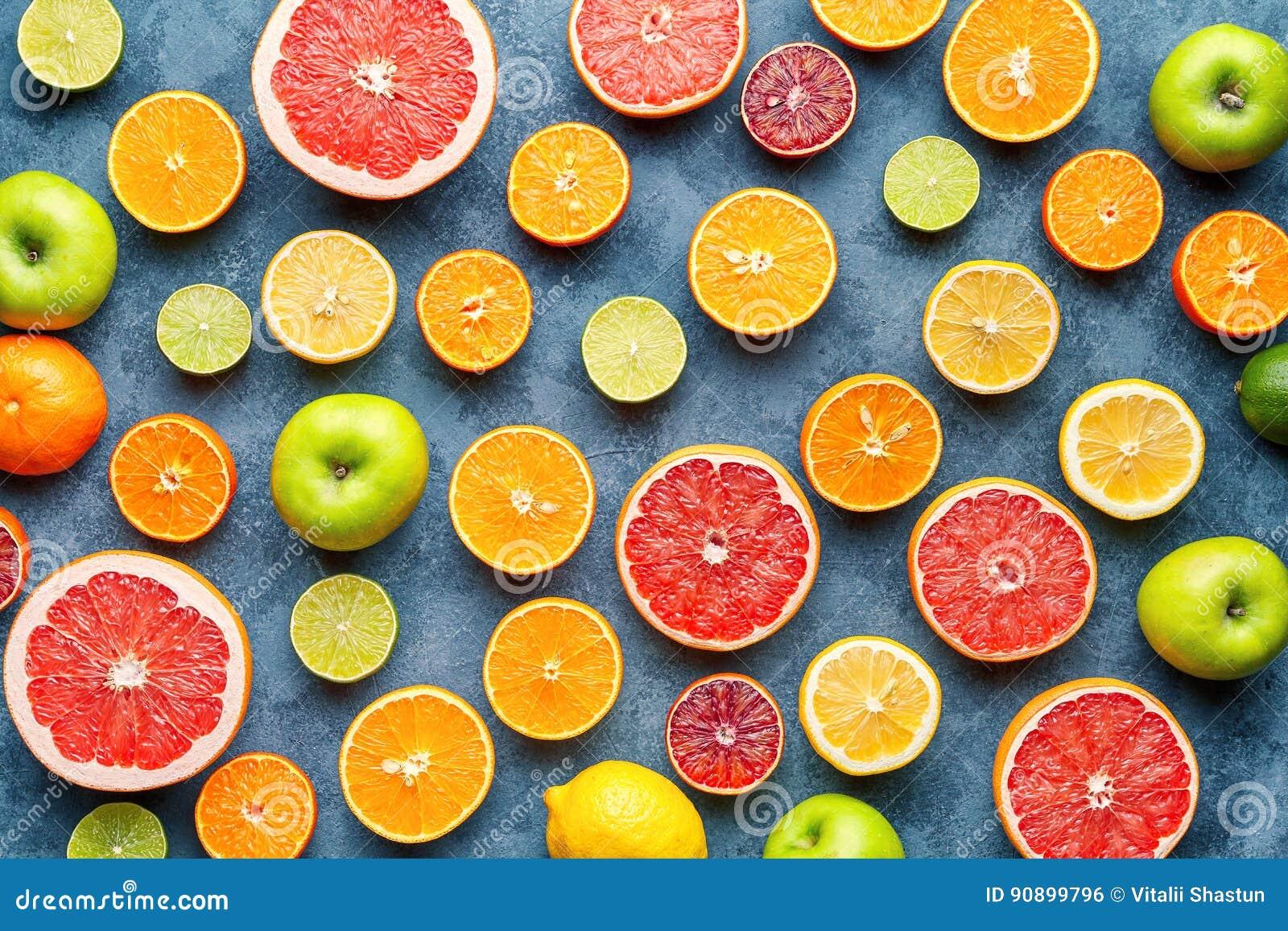 Teste padrão dos citrinos na tabela concreta cinzenta Fundo do alimento Comer saudável Antioxidante, desintoxicação, fazendo diet