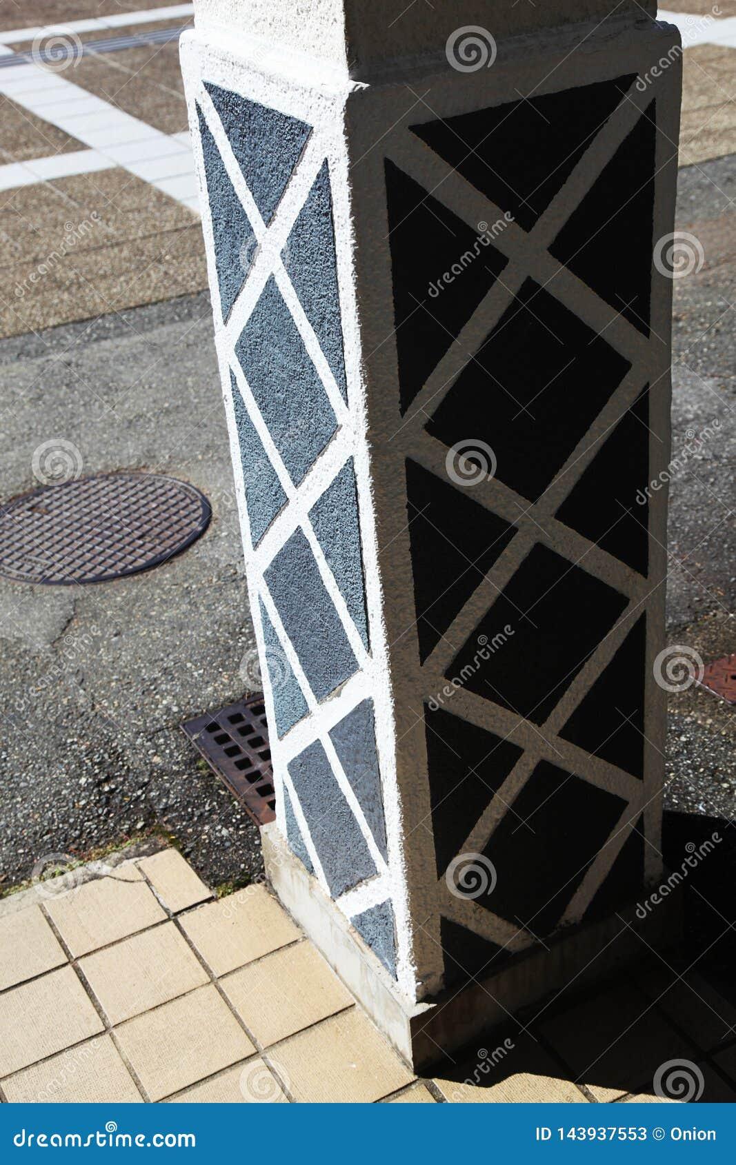 Teste padrão pintado da estrutura em uma coluna do apoio
