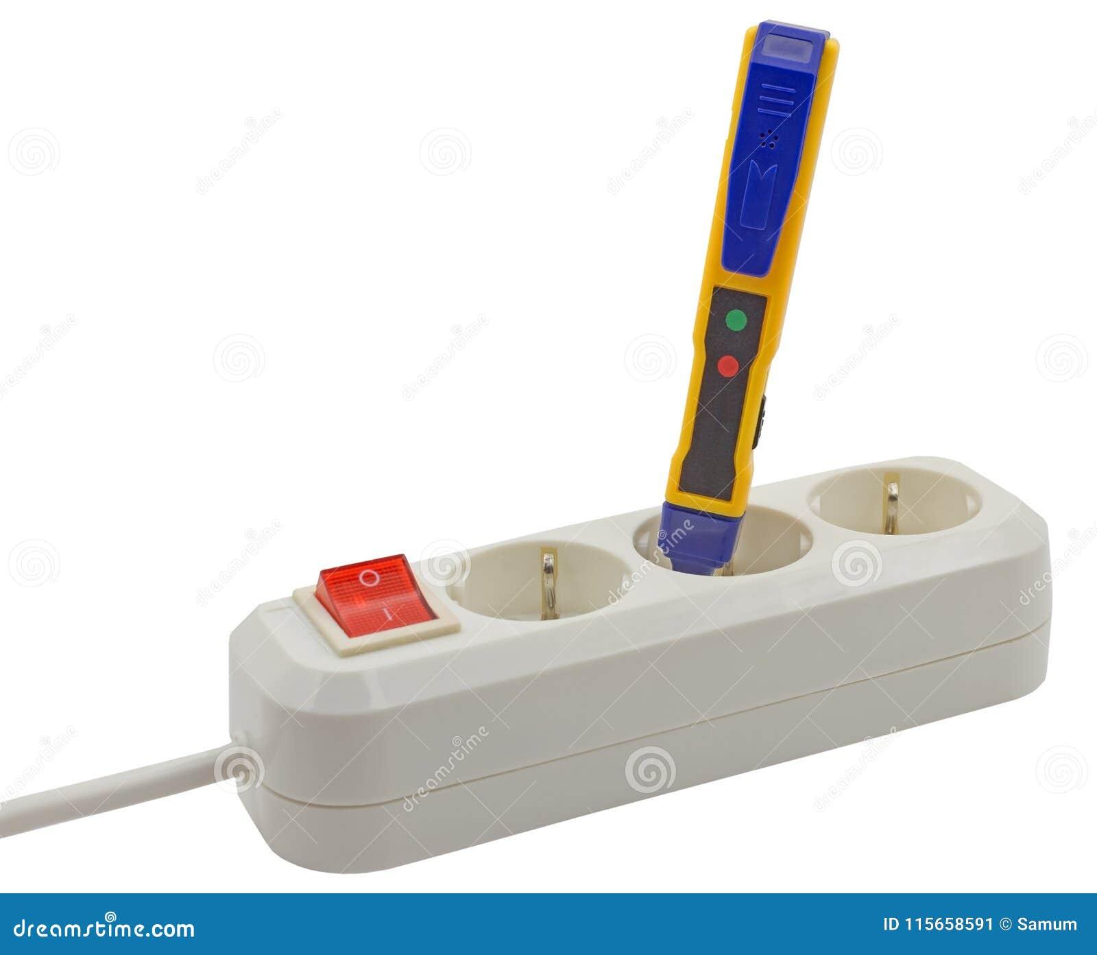 Testes do eletricista para a eletricidade com um verificador da tensão