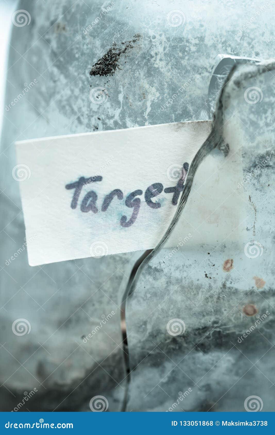 Testo del segno & x27; target& x27; in vetro rotto Idea di concetto di raggiungimento degli scopi nella vita