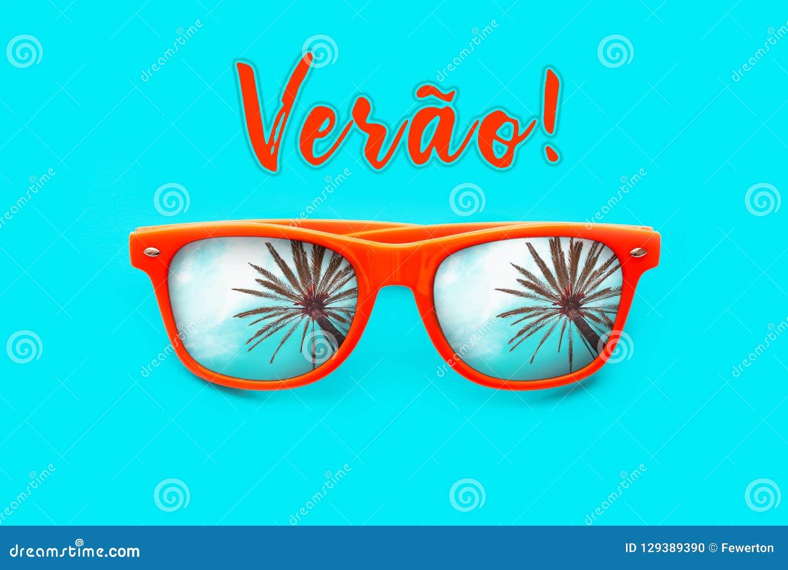 Testo di Verao in portoghese: Estate ed occhiali da sole arancio con le riflessioni della palma isolati nel ciano fondo