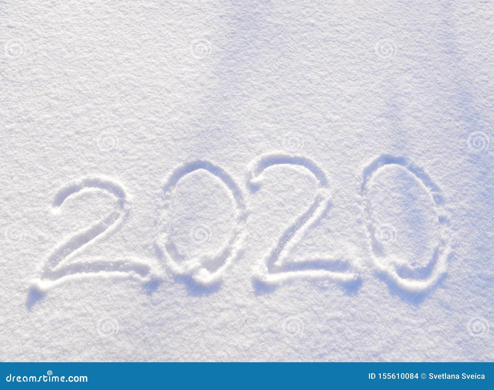 Testo 2020 scritto sui precedenti di struttura fresca della neve - vacanza invernale, Buon Natale, giorno soleggiato di concetto