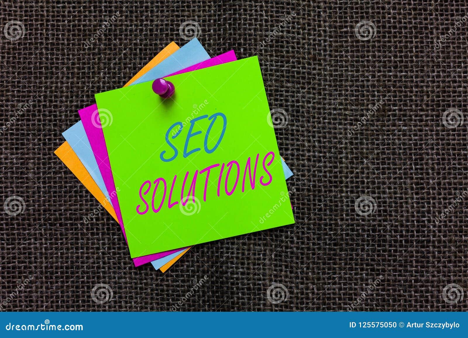 Testo Seo Solutions di scrittura di parola Il concetto di affari per gli ospiti di aumento della pagina di risultato del motore d