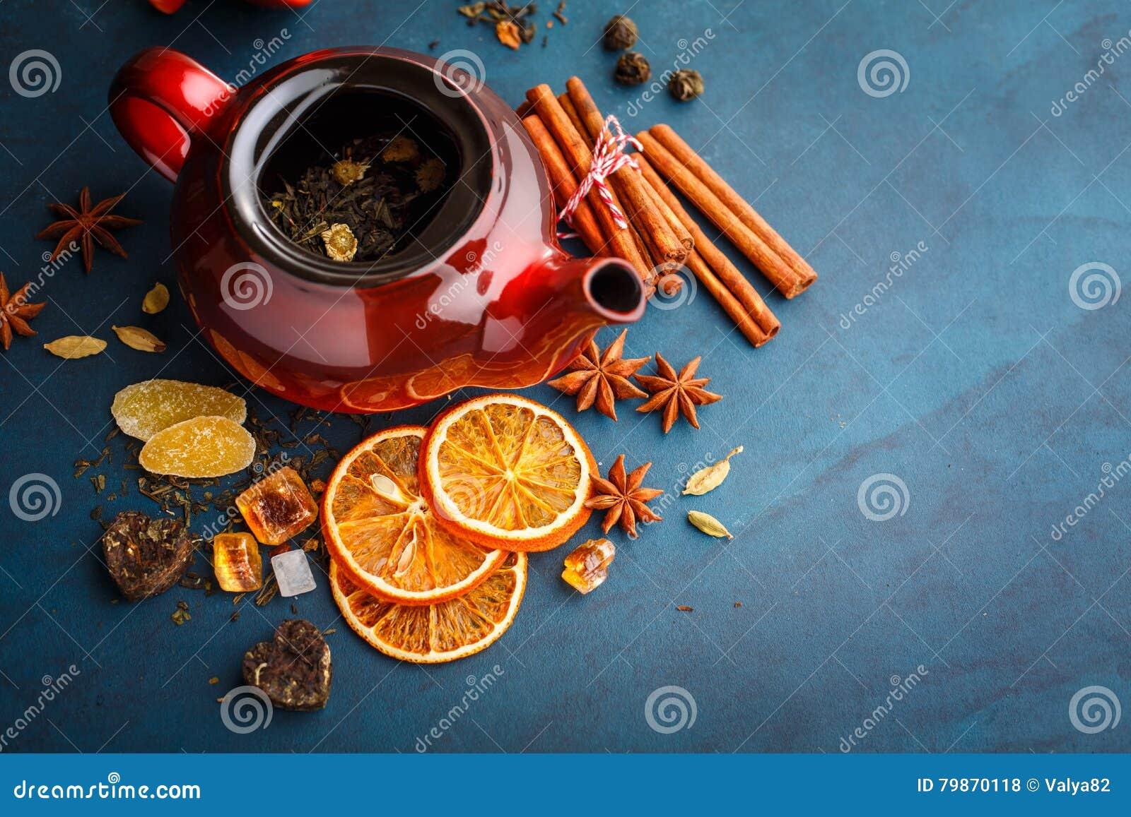 Tetera con té seco