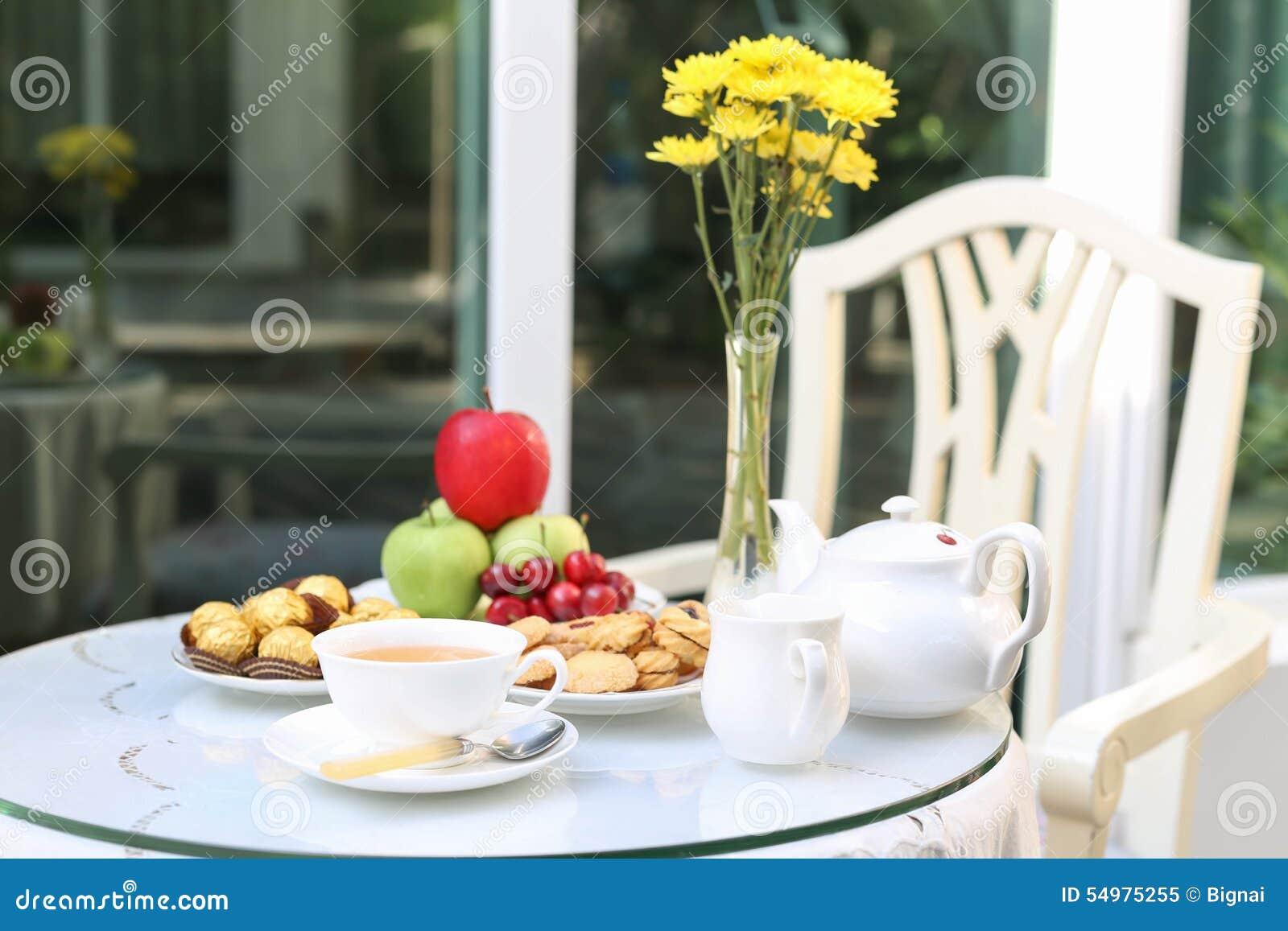 Tetid med choklad och kakor eller kex och frukt