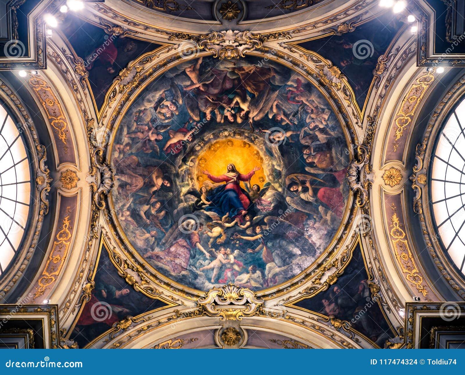 Teto de uma capela da catedral pintada com a imagem do Virg