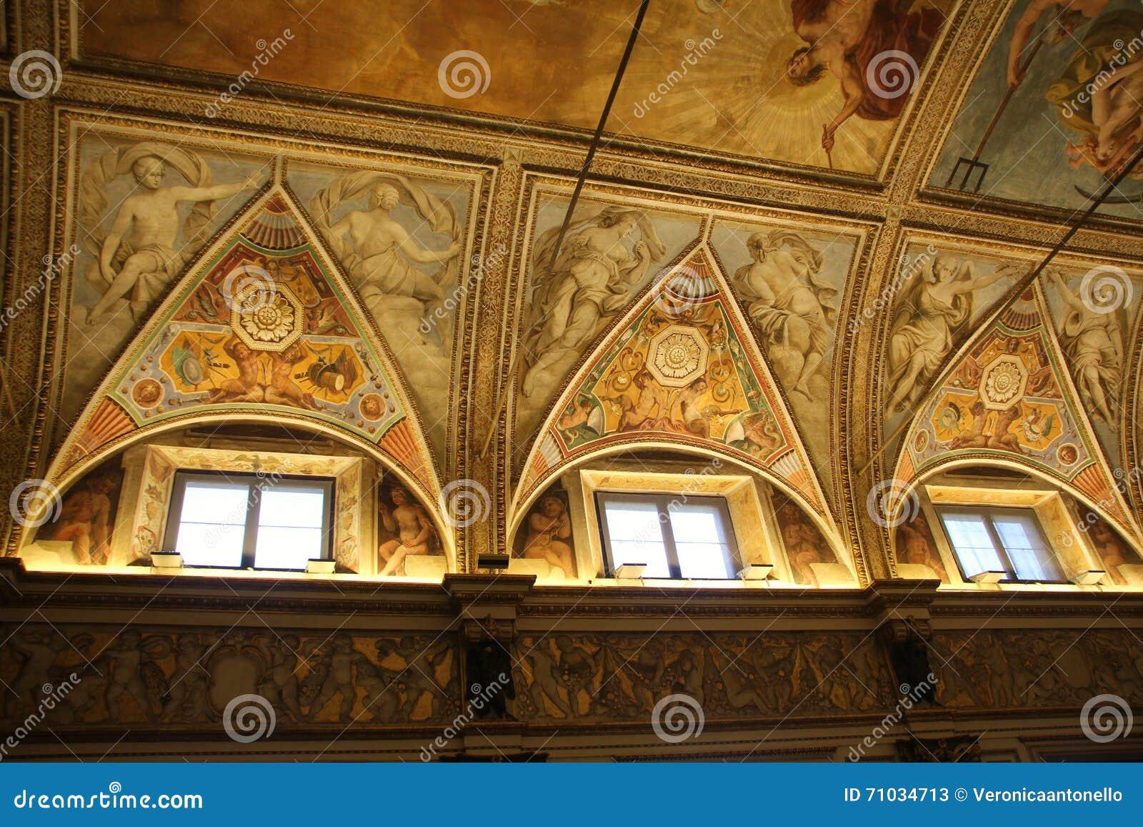 Teto decorado com fresco dos anjos no museu Palazzo Te em Mantova, Itália