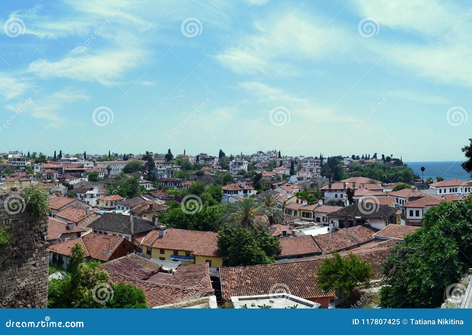 Tetti piastrellati di vecchia città Mediterranea contro un cielo blu Antalya, Turchia