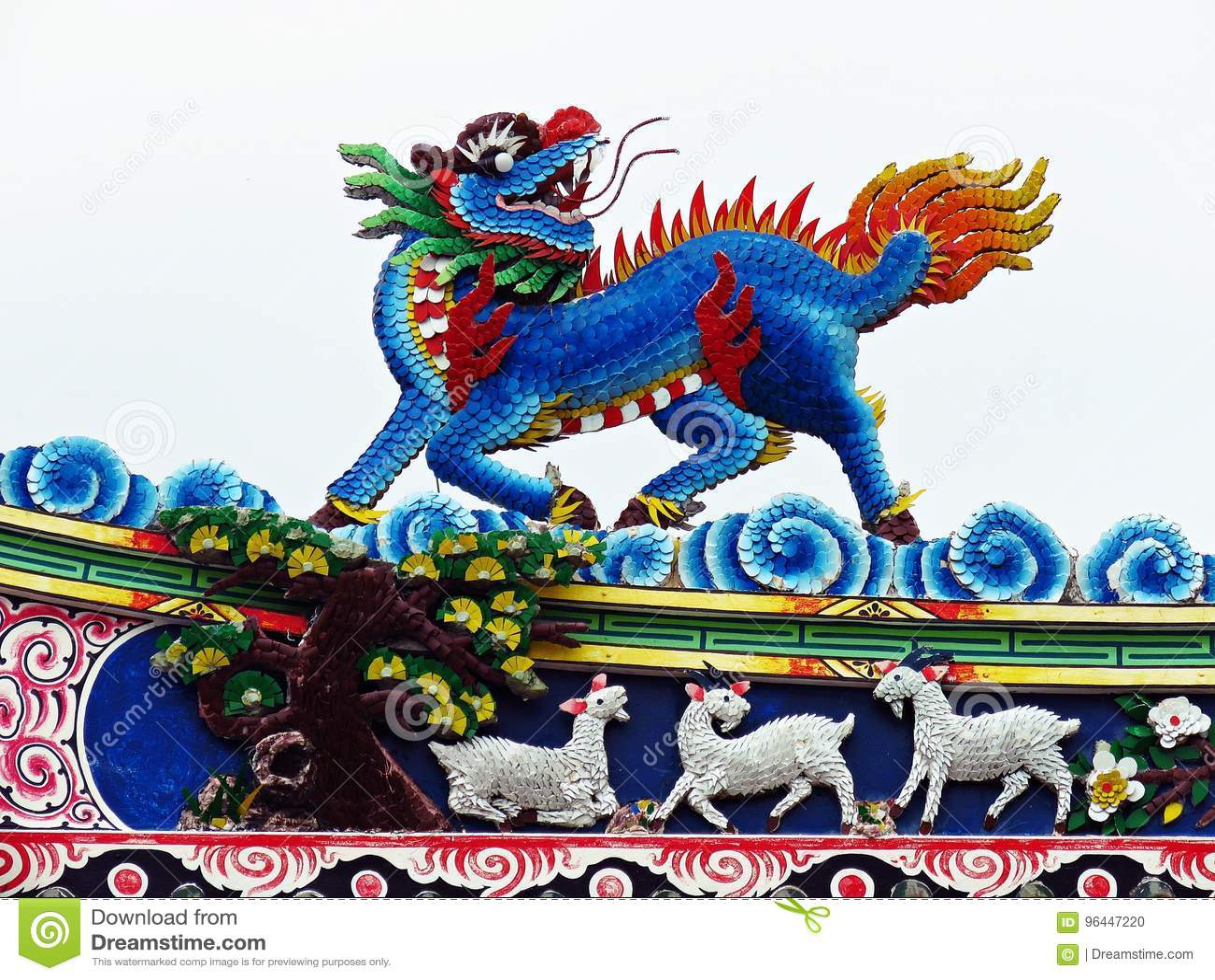 Tetto cinese del tempio di volo della statua del drago in Tailandia