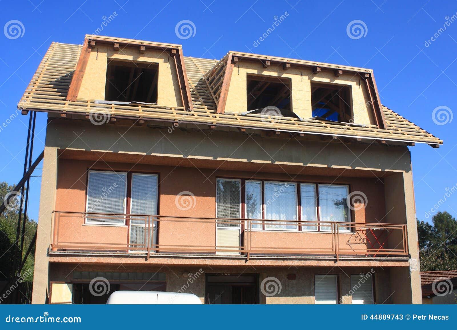 Tetto con gli abbaini immagine stock immagine di for Casa di costruzione in metallo con avvolgente portico