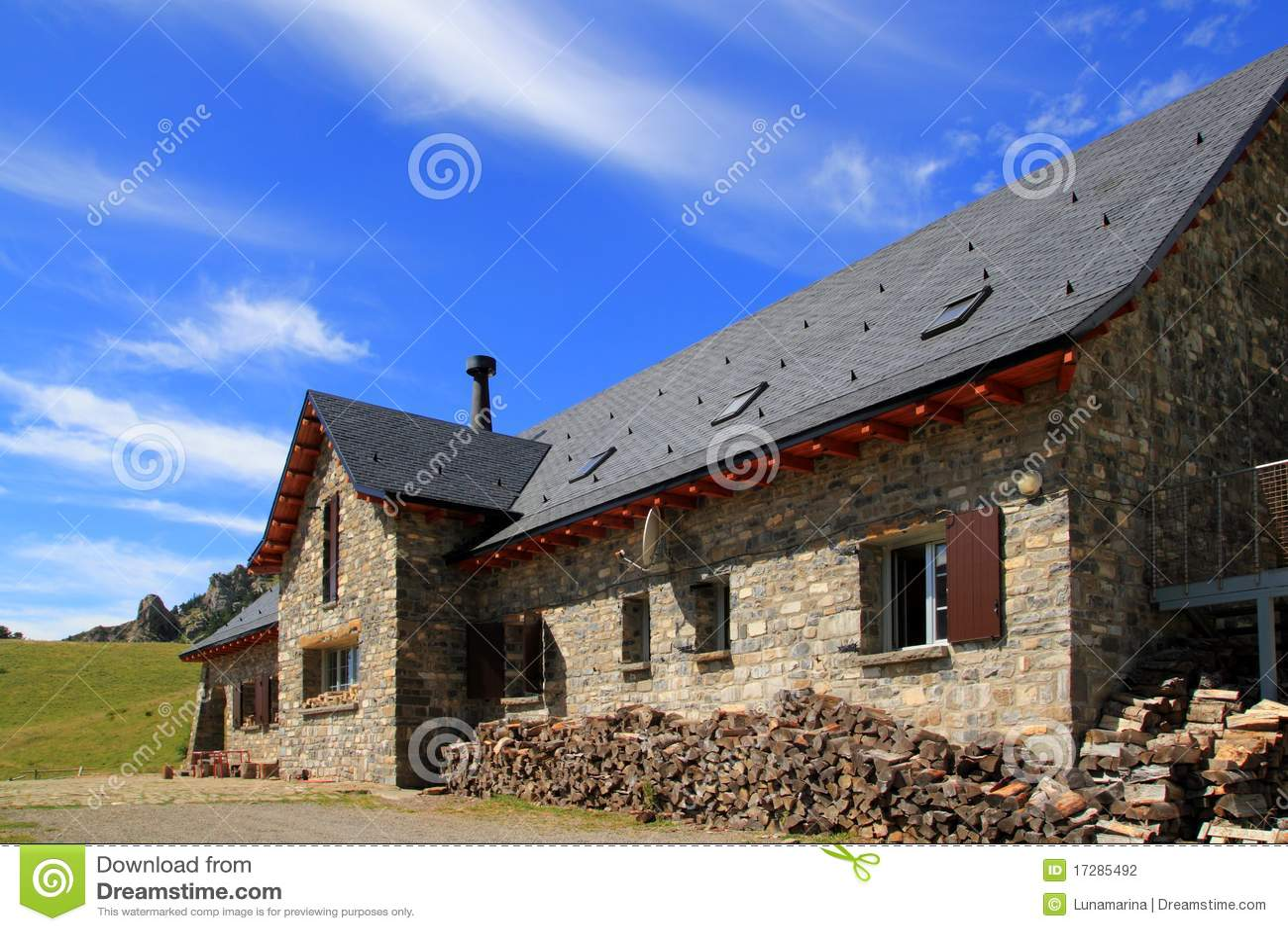 Tetto di ardesia di pietra della casa della montagna in for Planimetrie della casa di montagna