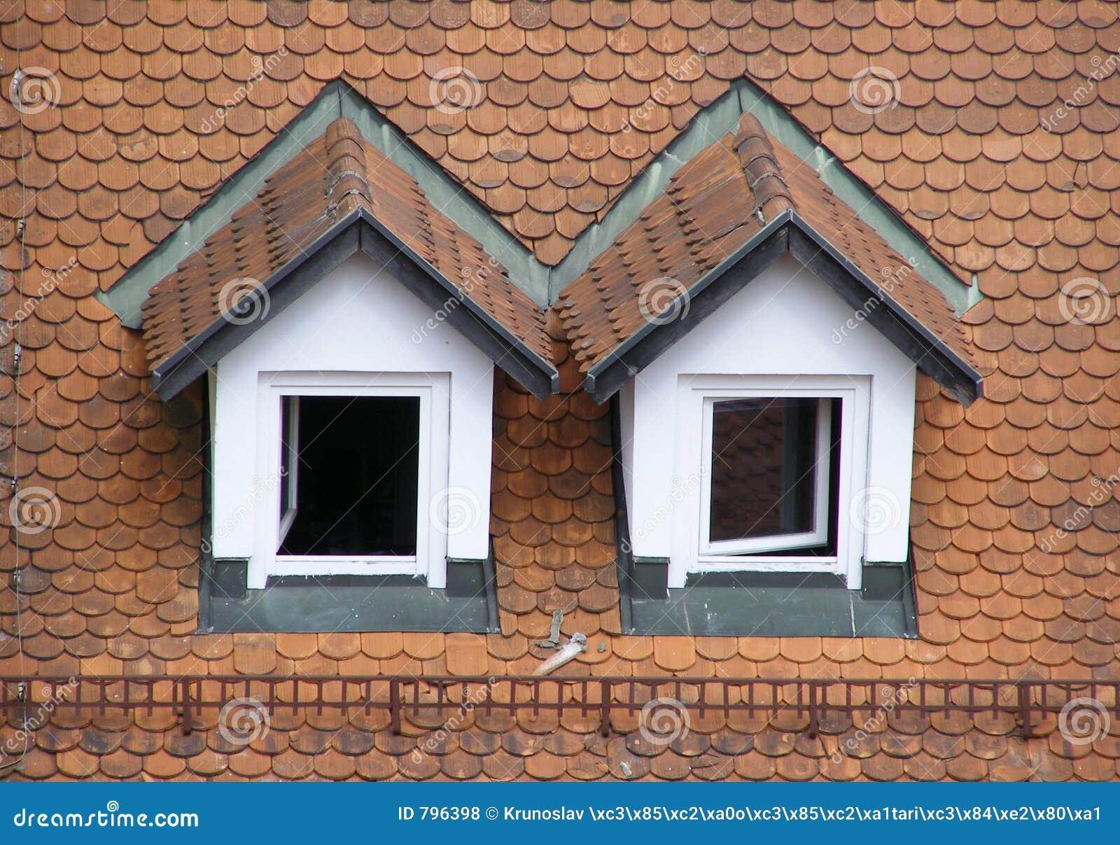 Tetto di mansarda fotografia stock immagine di casa for Prezzi mansarde