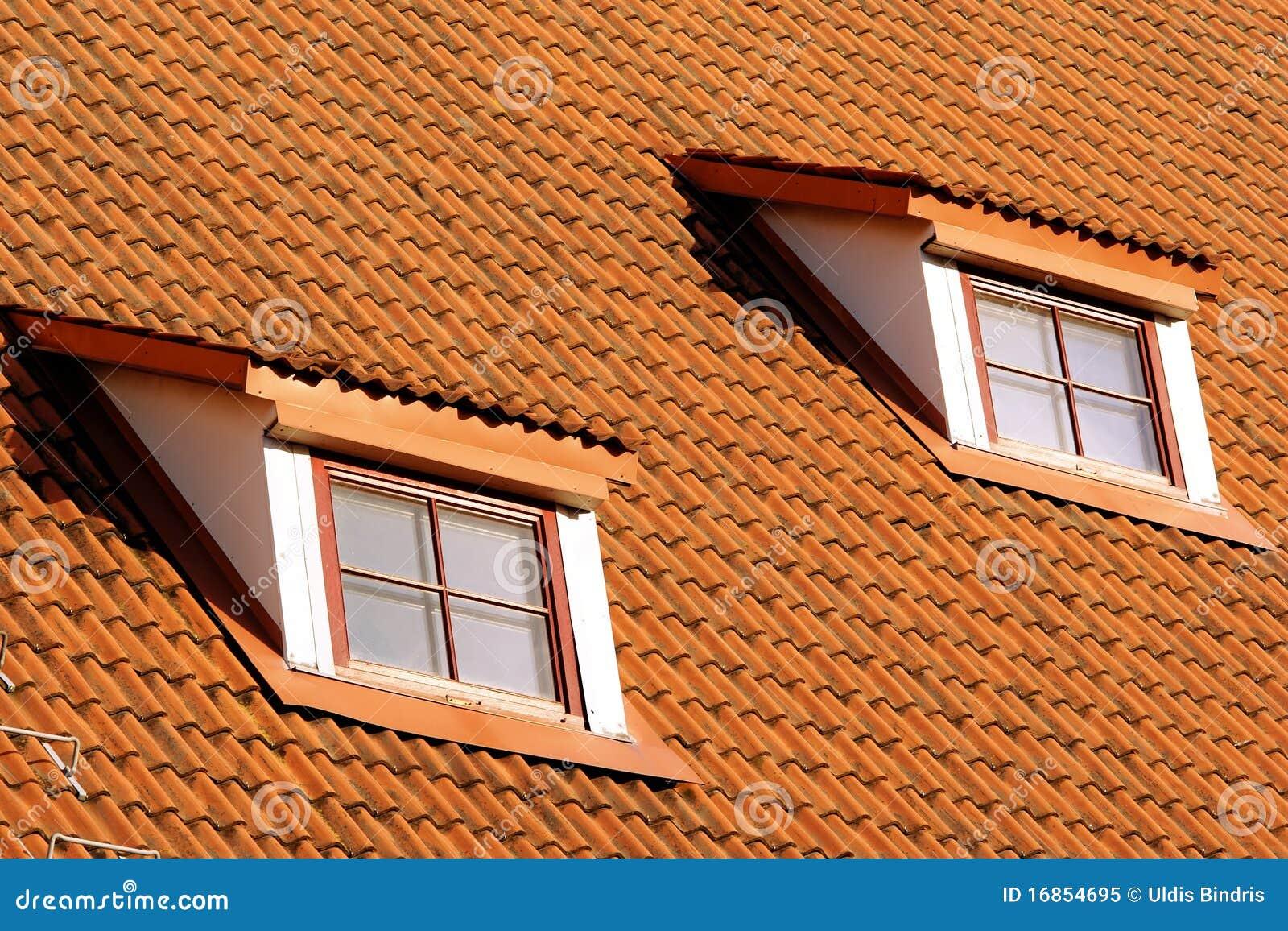 Tetto di piastrellatura con le finestre fotografia stock for Finestre a tetto