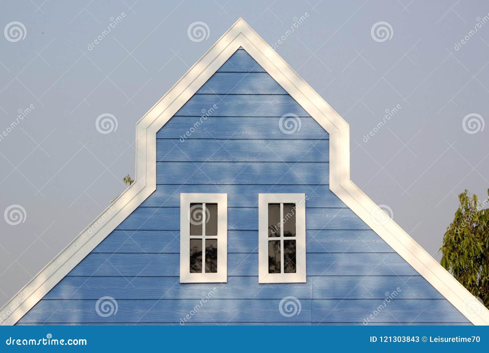 Tetto Di Timpano Con Le Finestre Bianche Sulla Casa Di Legno