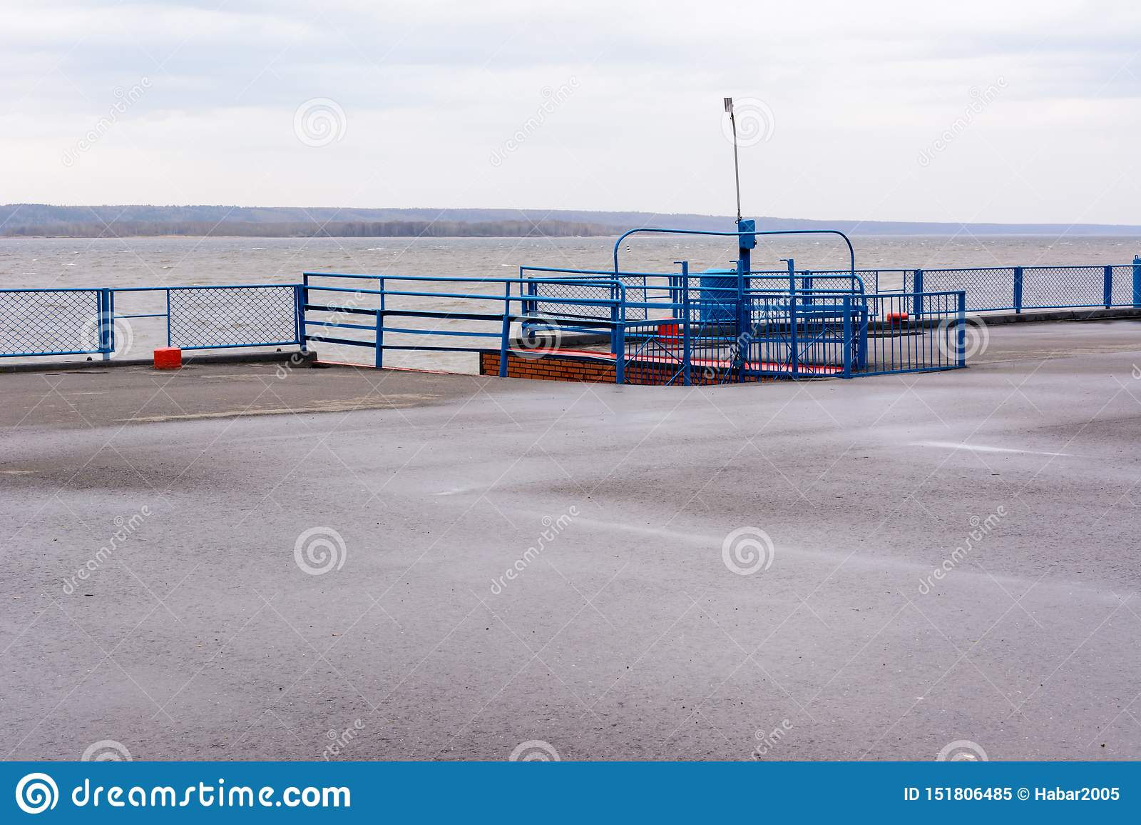 Tetyushi, Tatarstan/Russland - 2. Mai 2019: Leerer Passagierflusshafen auf der Wolga an einem regnerischen Tag Probleme des Binne