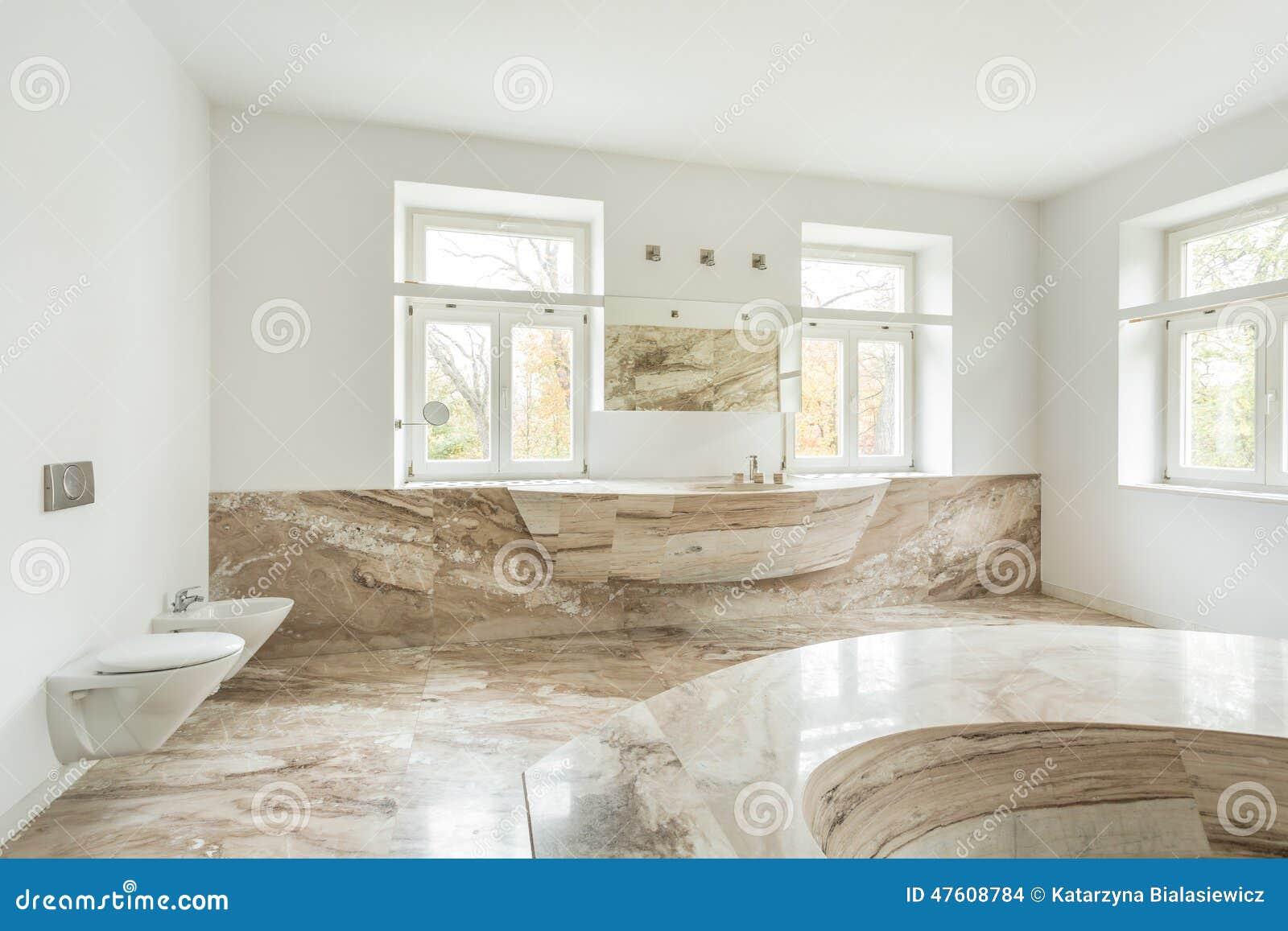 Teures Badezimmer Mit Marmorboden Stockfoto - Bild von klassisch