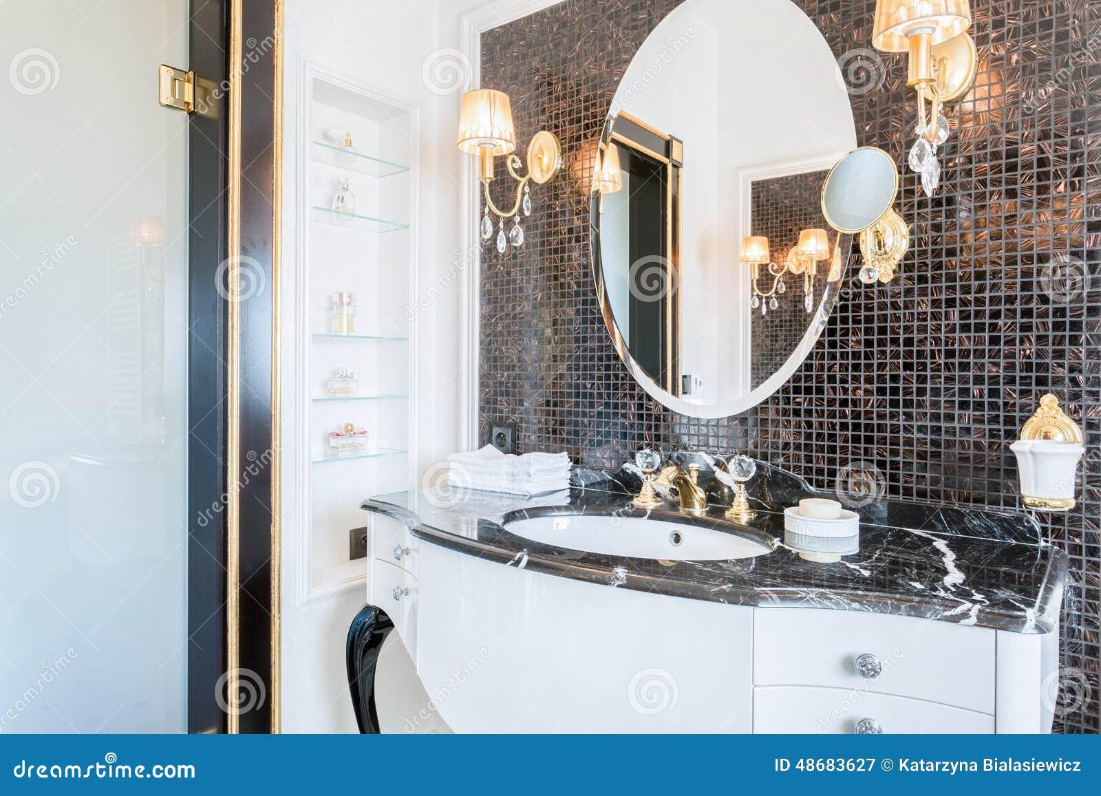 Teures Schwarzweiss-Badezimmer Stockbild - Bild von badezimmer