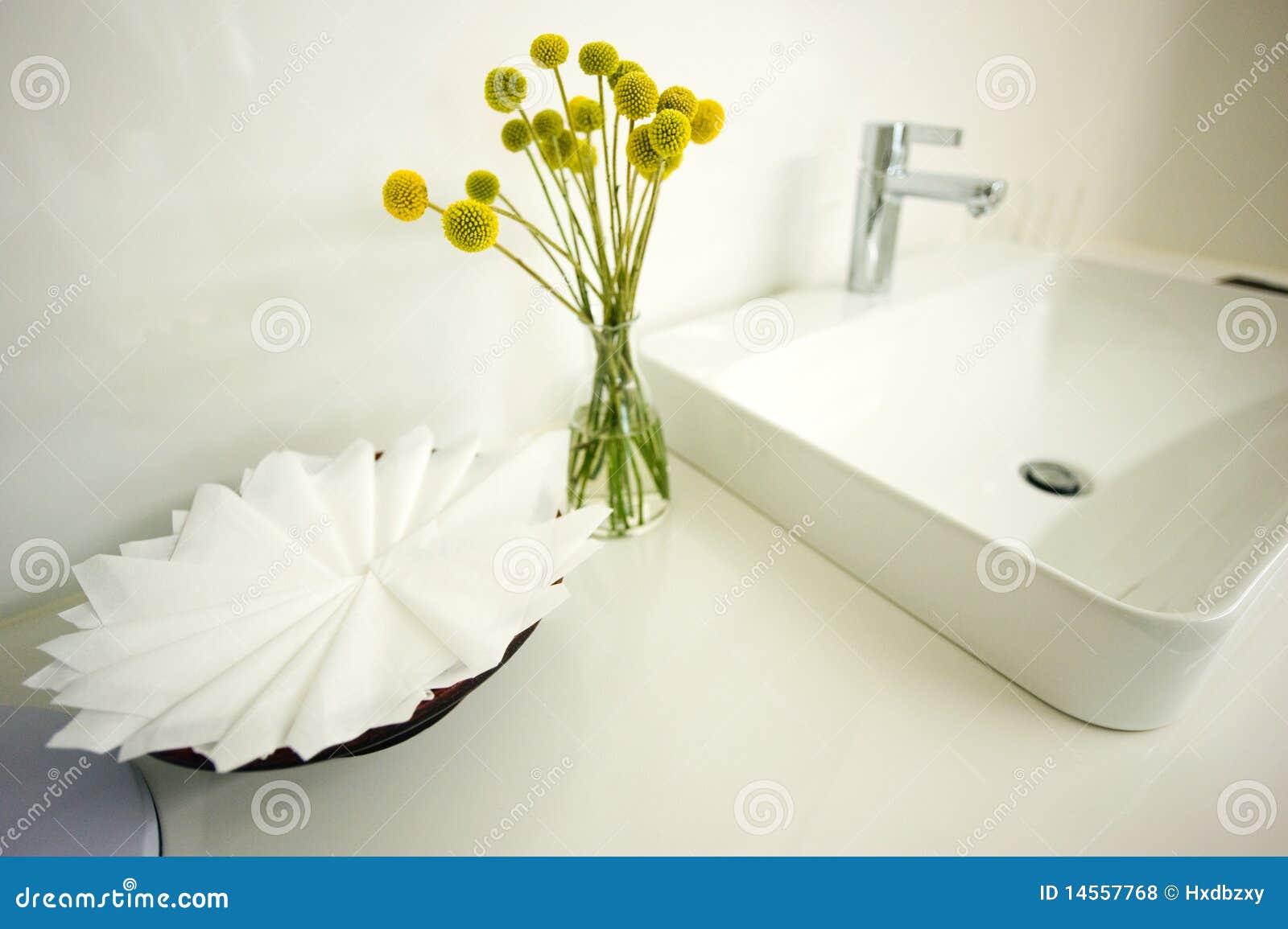 Teures weißes Badezimmer stockfoto. Bild von hahn, vorrichtungen