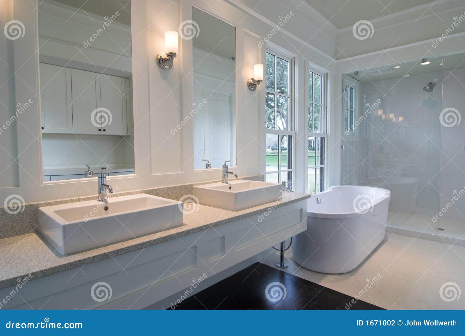 Teures weißes Badezimmer stockfoto. Bild von badezimmer - 16