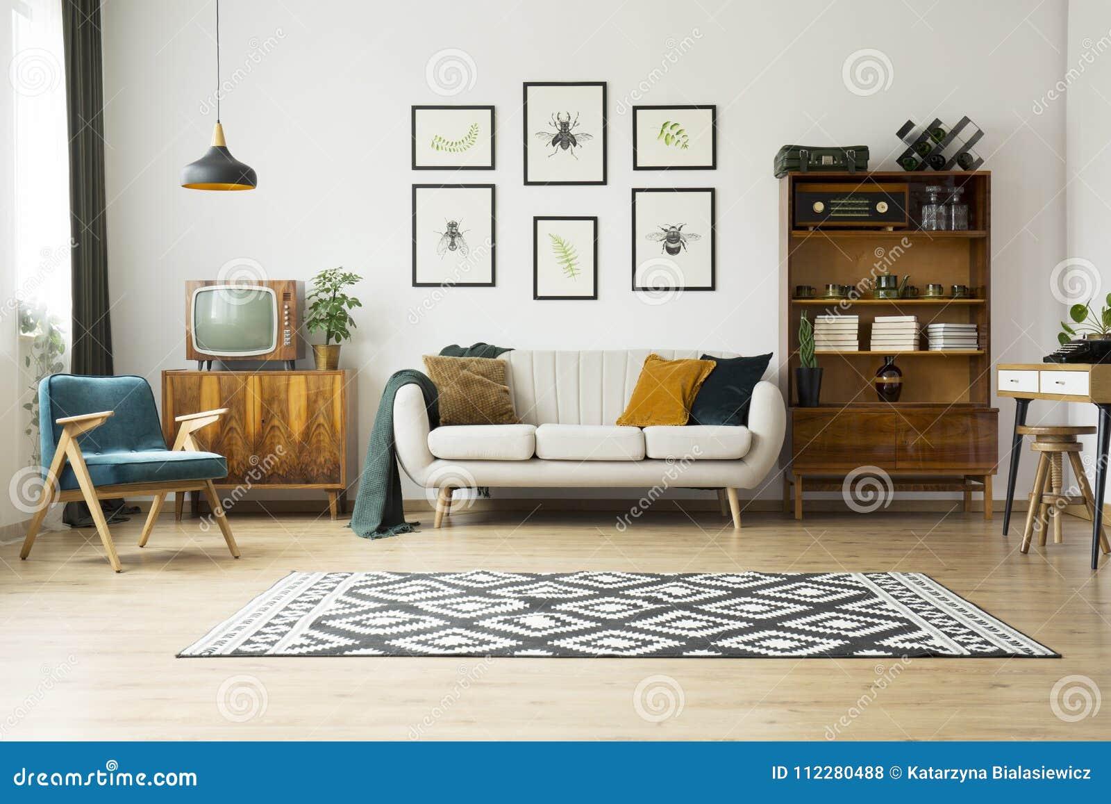 Tevê do vintage ao lado do sofá