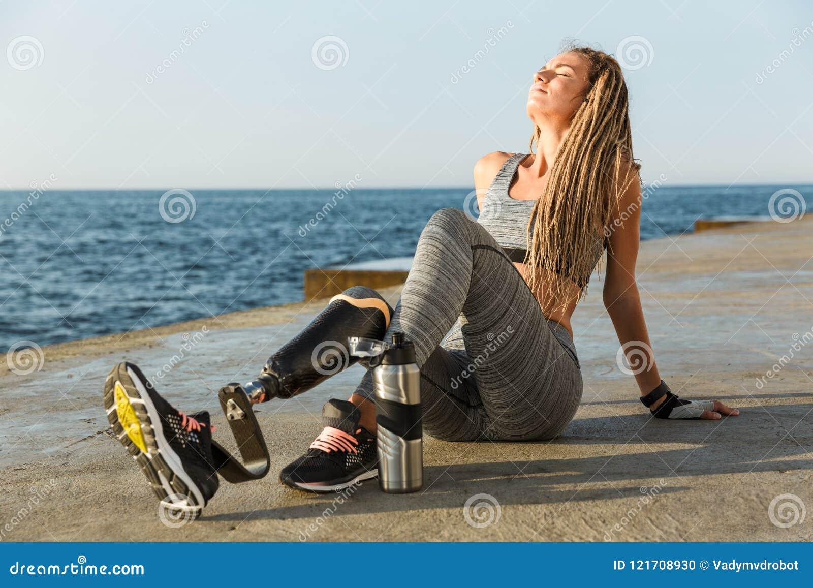 Tevreden gehandicapte atletenvrouw met prothetisch been