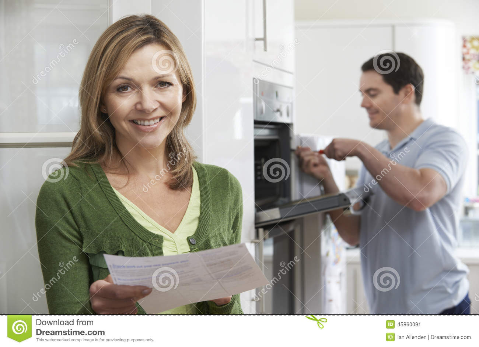 Tevreden Vrouwelijke Klant met Oven Repair Bill
