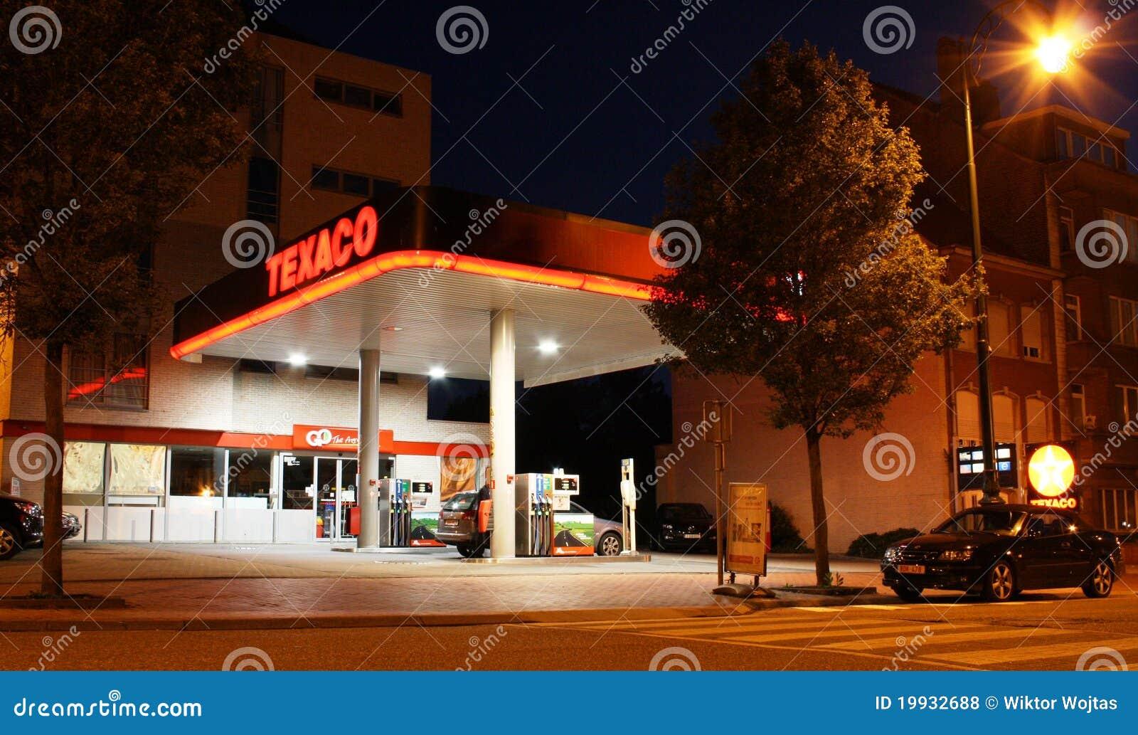 Texaco benzinestation bij nacht