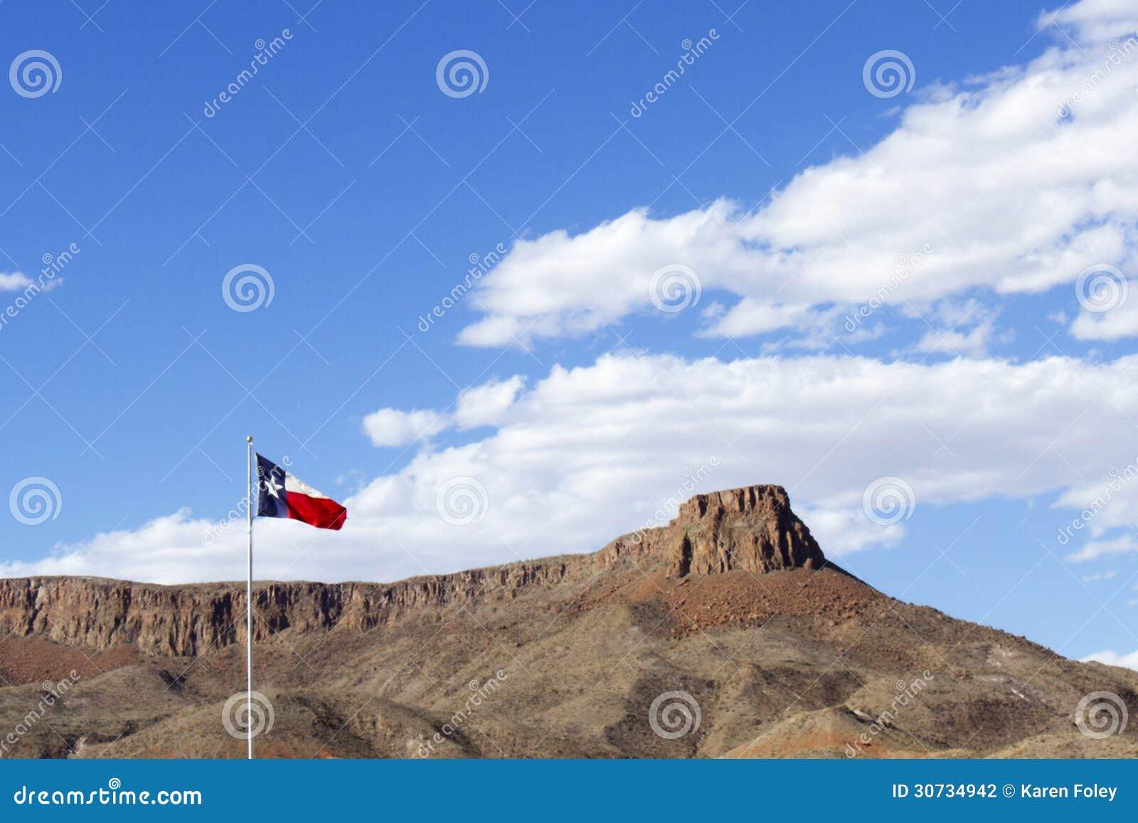 Texas State Flag tegen Blauwe Hemel met Rots Mesa