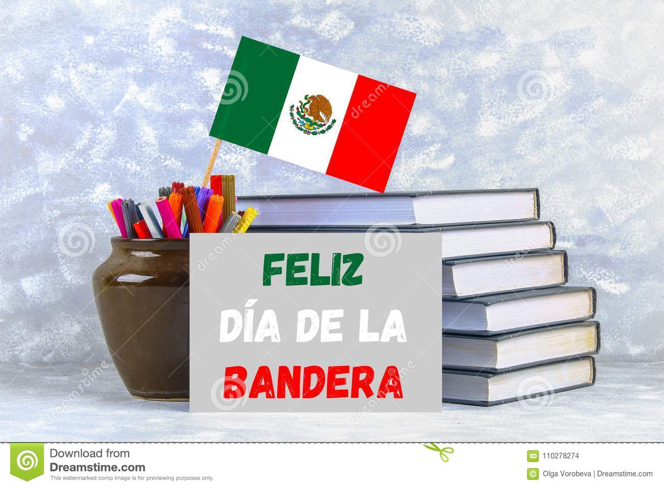 Text in Spanish: Happy day of the flag. Books with the flag of Mexico.