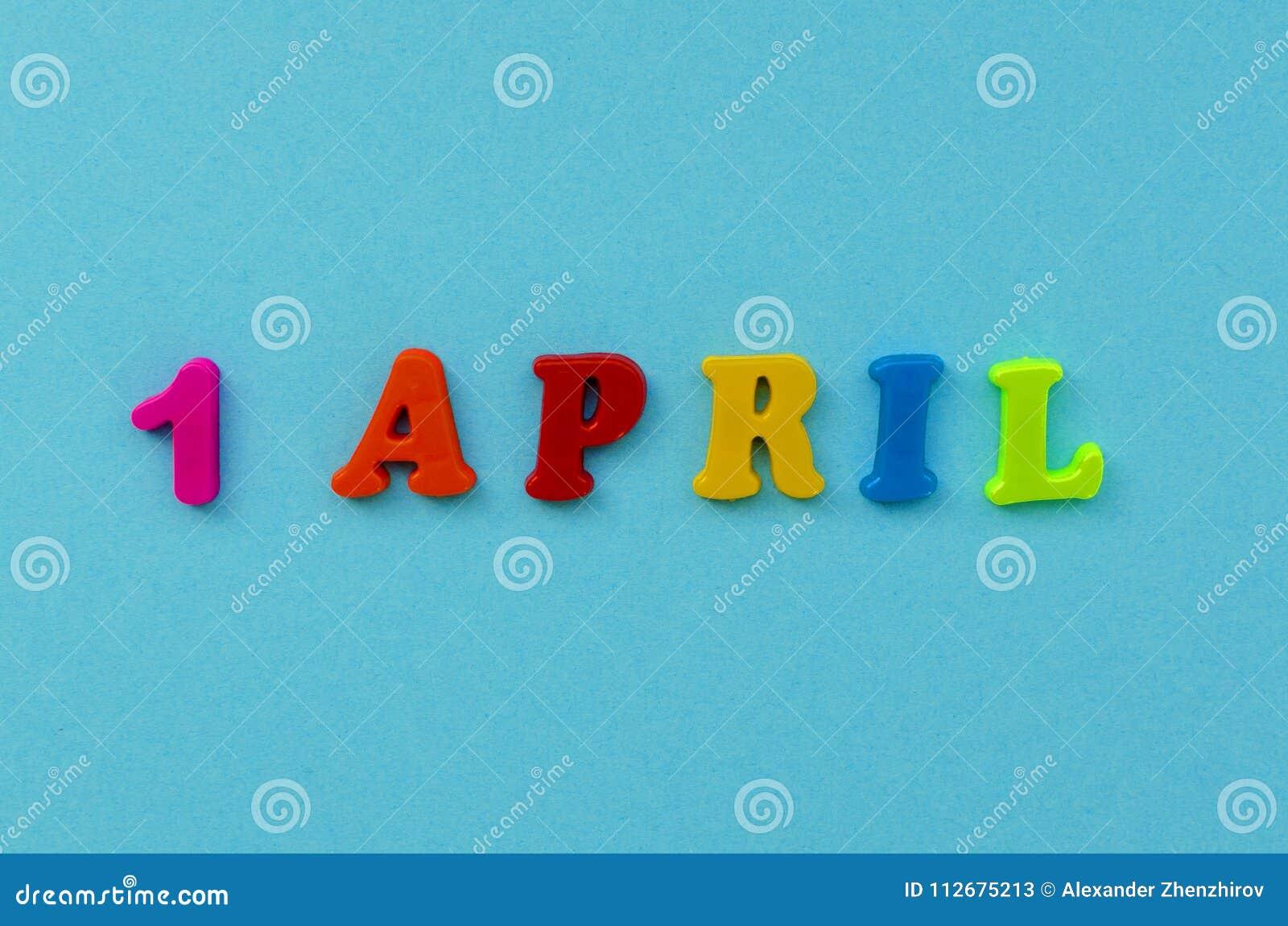 Texte ` ` coloré du 1er avril des lettres magnétiques sur le fond de papier bleu