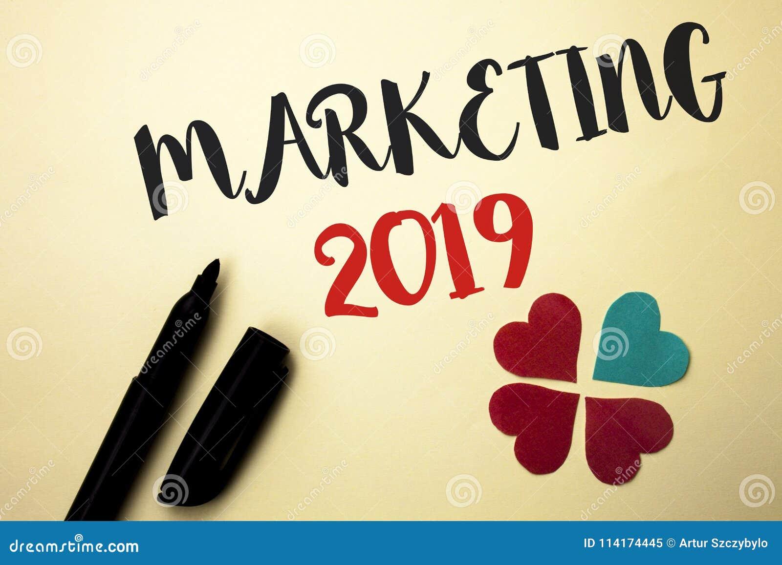 Texte d écriture de Word lançant 2019 sur le marché Concept d affaires pour le nouveau début de stratégies du marché de nouvelle