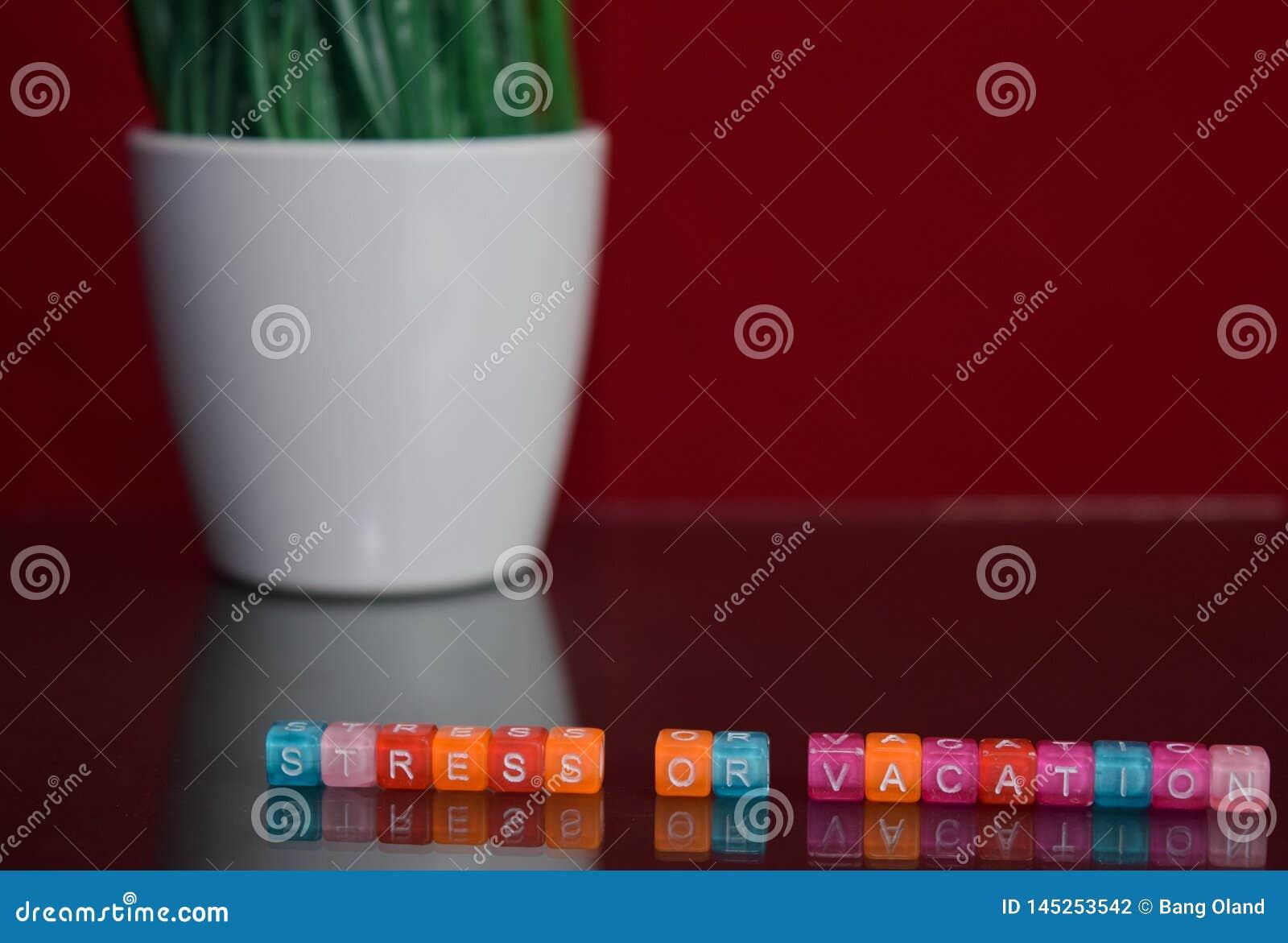 Texte d effort ou de vacances au bloc en bois coloré sur le fond rouge Bureau de bureau et concept d éducation
