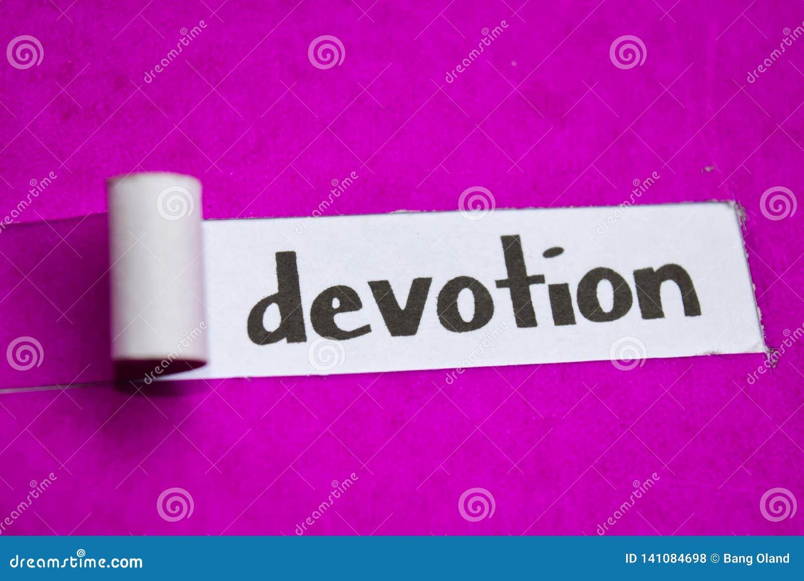 Texte de dévotion, concept d inspiration, de motivation et d affaires sur le papier déchiré pourpre
