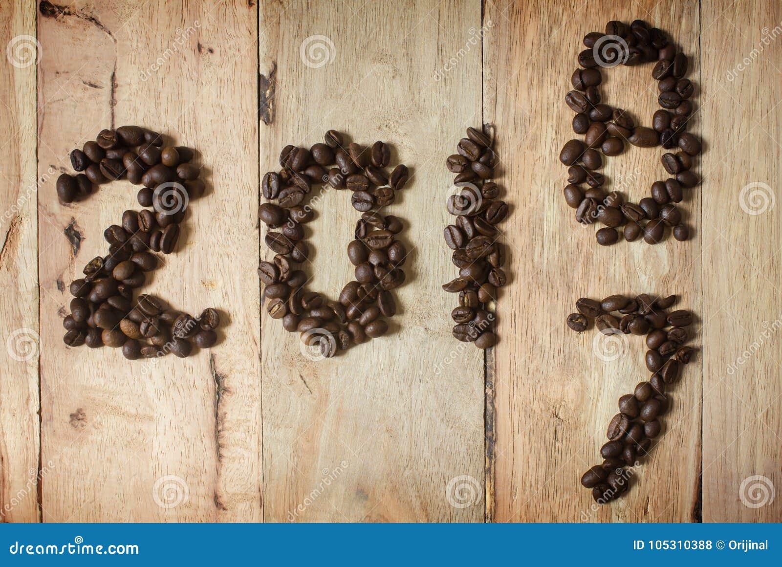 Texte 2018 de grain de café sur le fond en bois, concept de nouvelle année