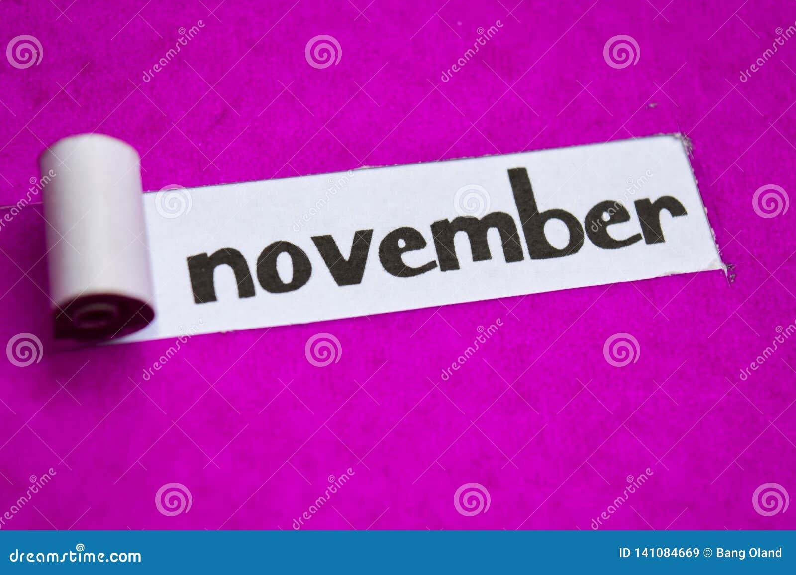 Texte de novembre, concept d inspiration, de motivation et d affaires sur le papier déchiré pourpre