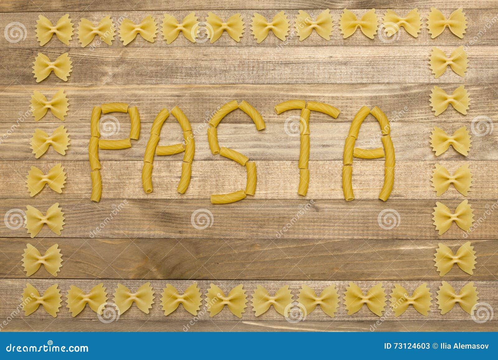 Texte de pâtes fait de pâtes crues