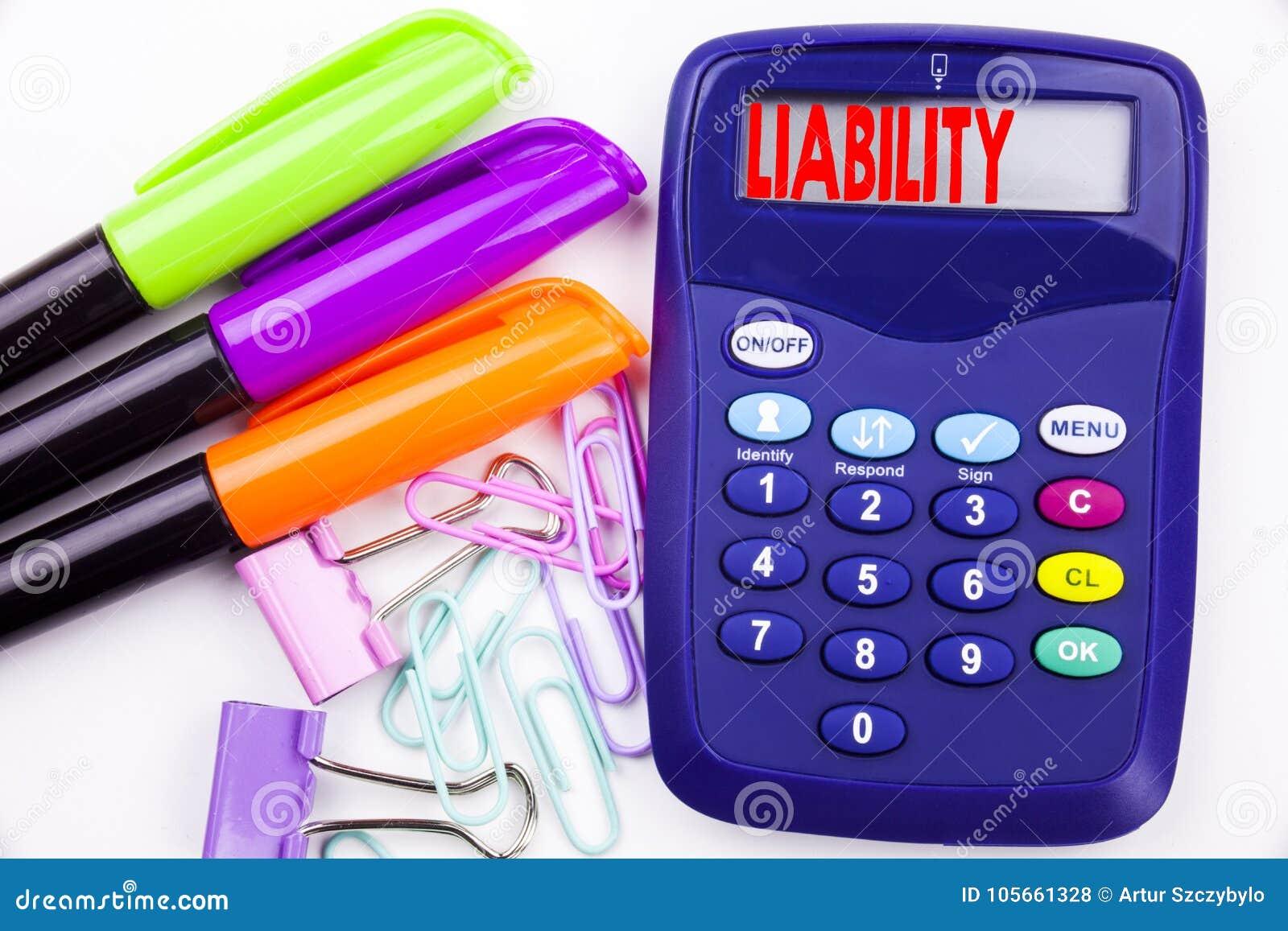 Texte de responsabilité de mot d écriture dans le bureau avec les environs tels que le marqueur, écriture de stylo sur la calcula