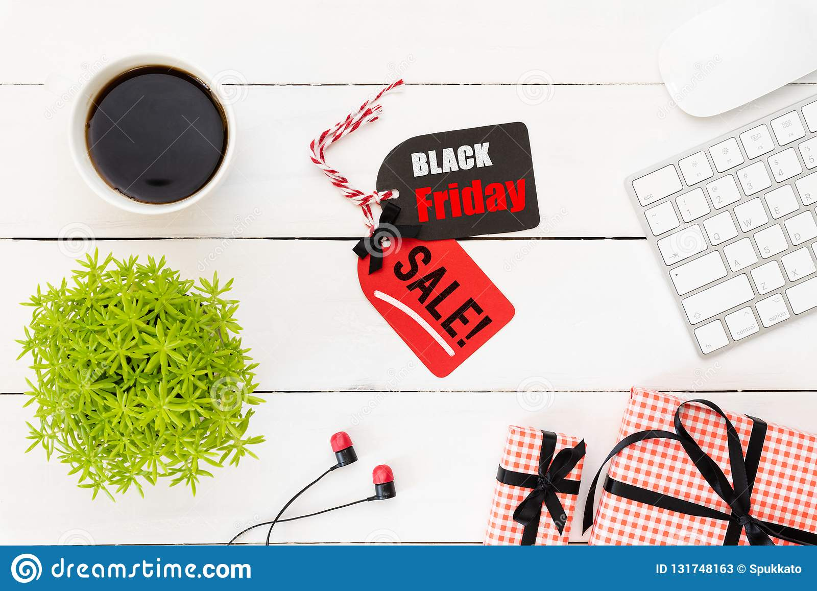 Texte de vente de Black Friday sur une étiquette rouge et noire avec la tasse de café, la table d usine, l écouteur de boîte-cade