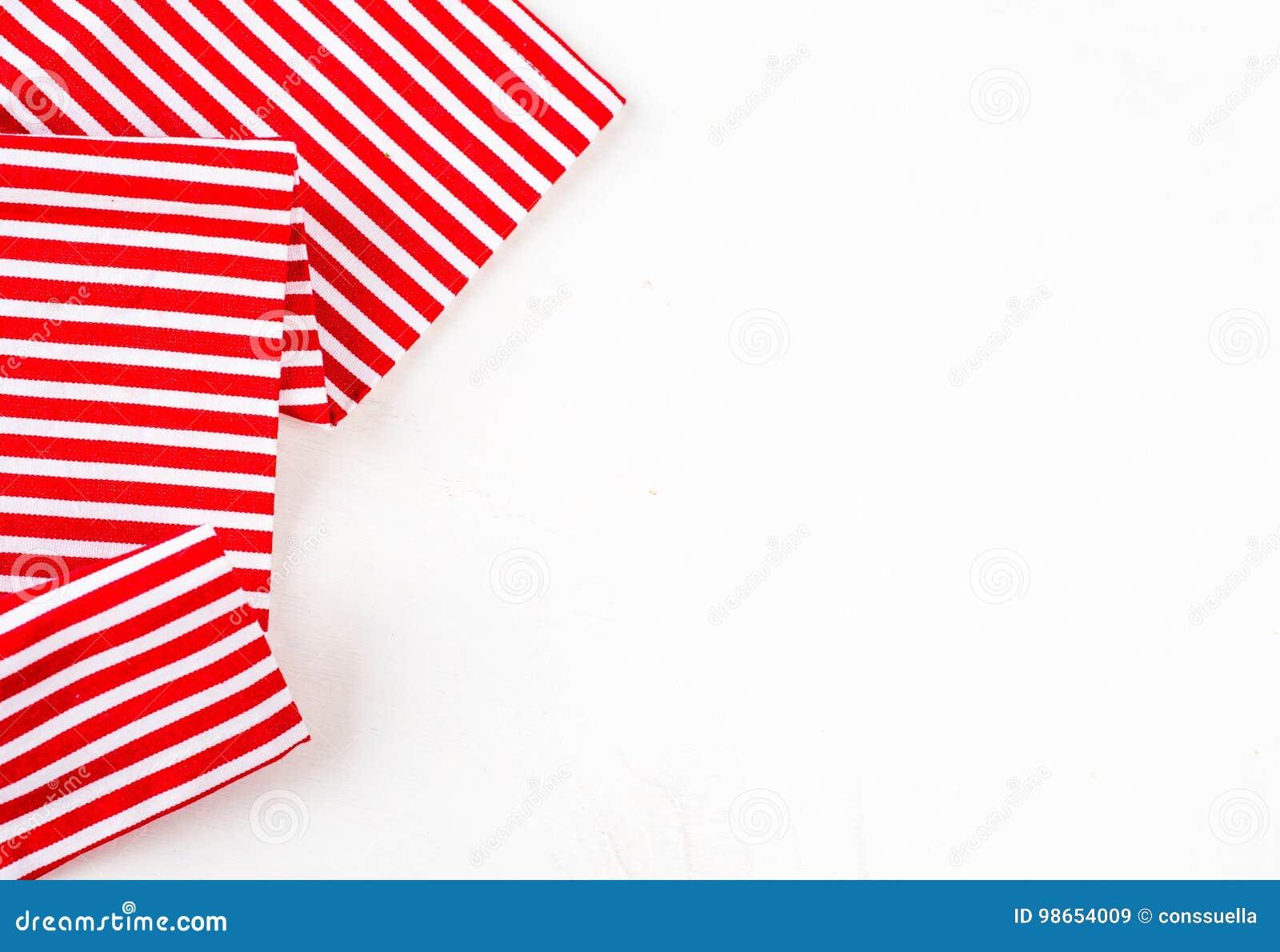 Modeles De Cuisine En Bois Rouge textile rouge, serviette, nappe sur la table de cuisine en