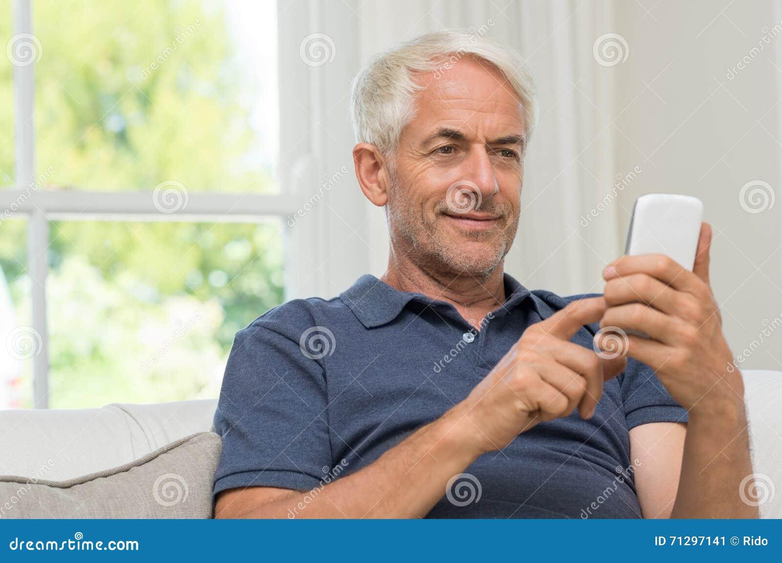 Texting aposentado do homem