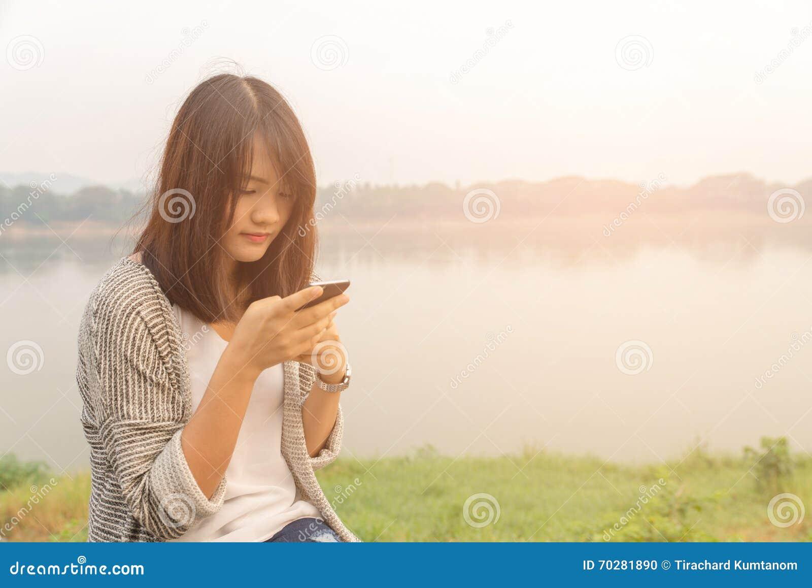 Texting de fala da mulher séria infeliz cética triste virada do retrato do close up no telefone