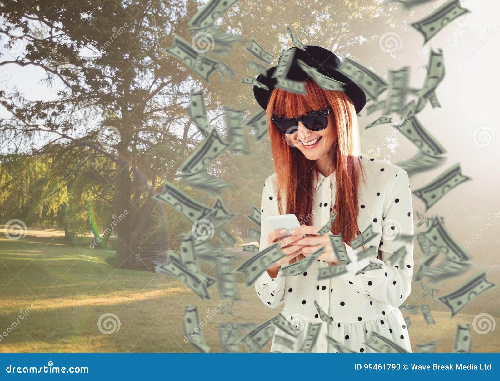 Texting geld hipster met rond hoed en telefoon in het park, geld