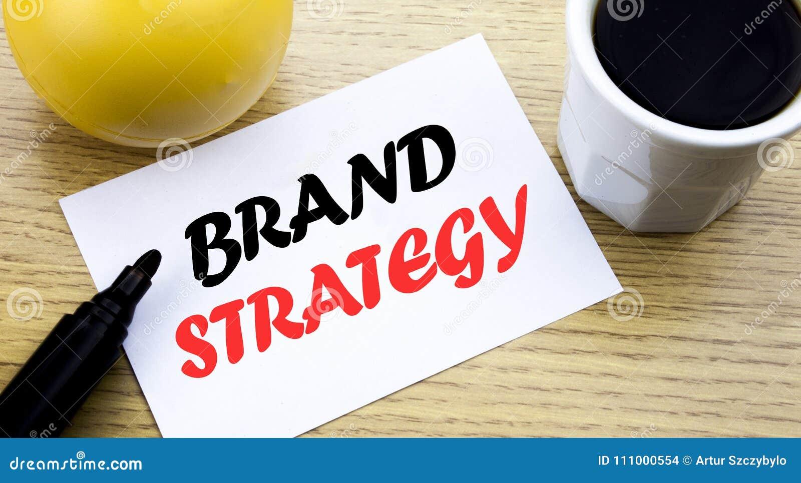 Texto conceptual de la escritura de la mano que muestra estrategia de la marca El concepto del negocio para el papel vacío escrit