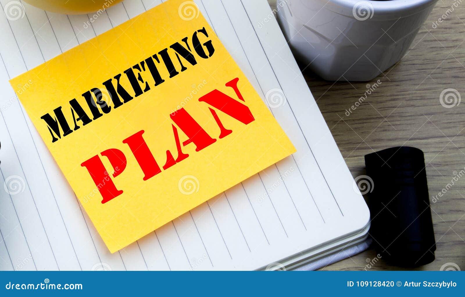 Texto da escrita que mostra o plano de marketing Conceito do negócio para planear a estratégia bem sucedida escrita o papel vazio