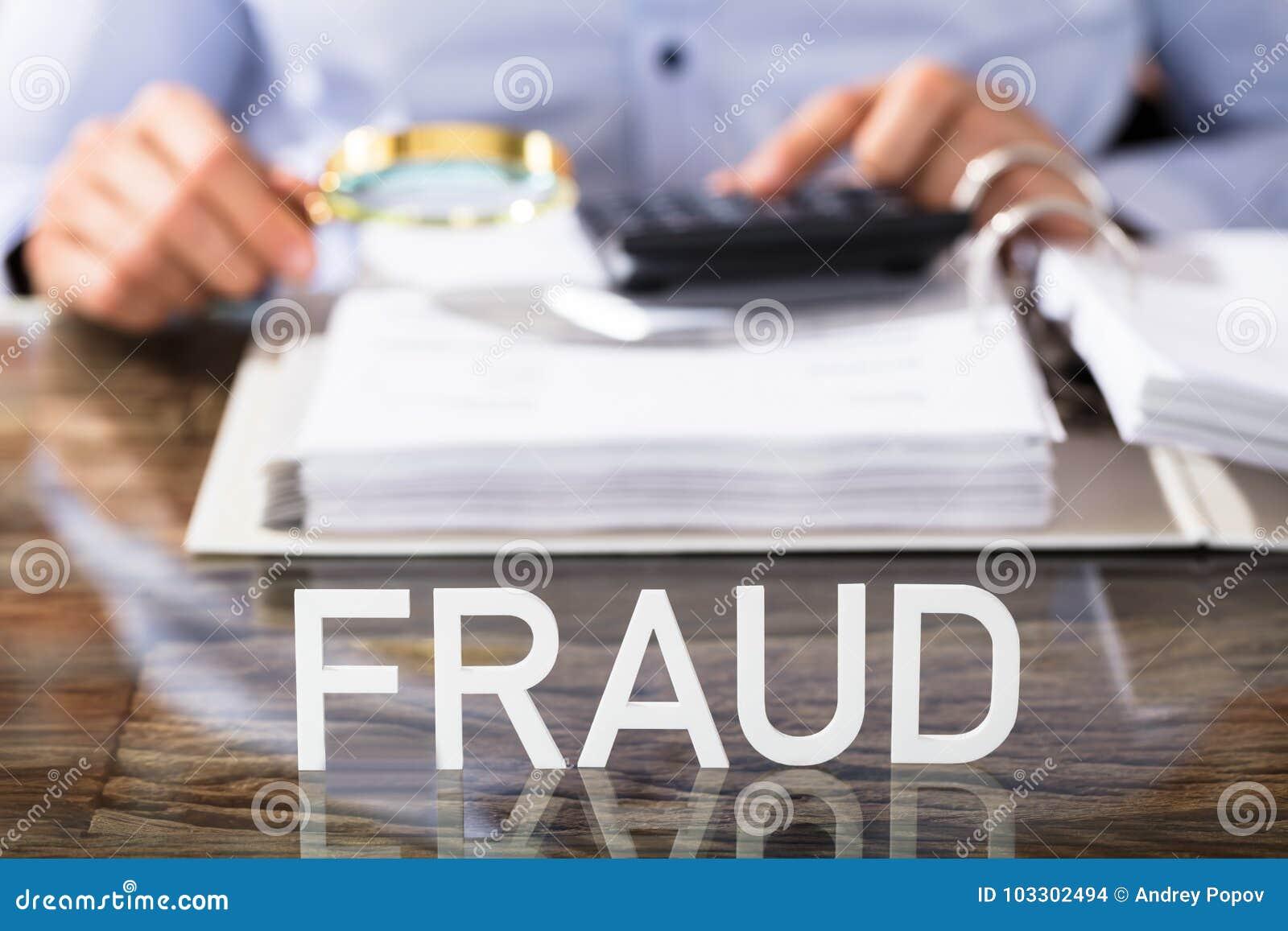 Texto da fraude na mesa de escritório