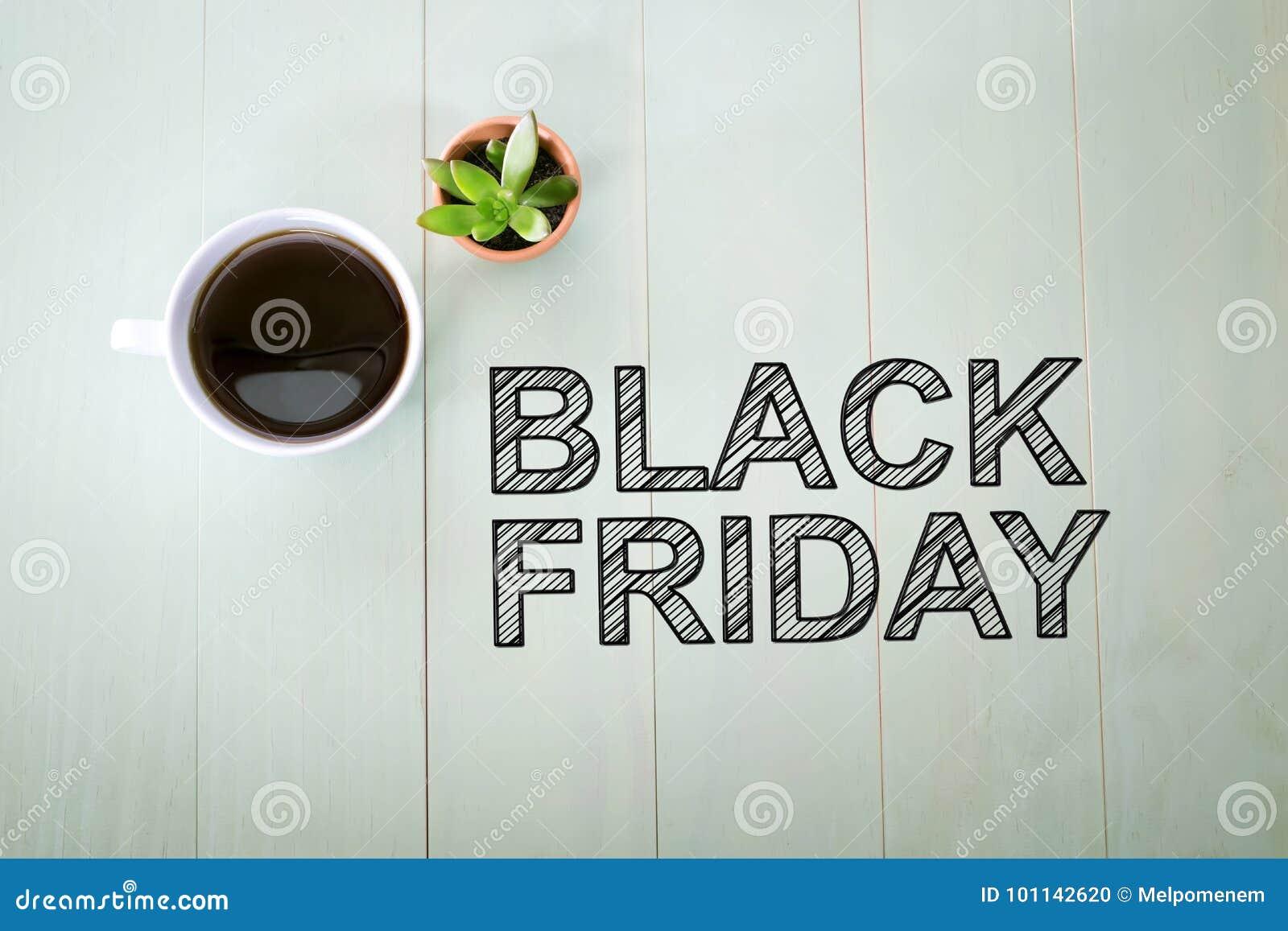 Texto de Black Friday com uma xícara de café