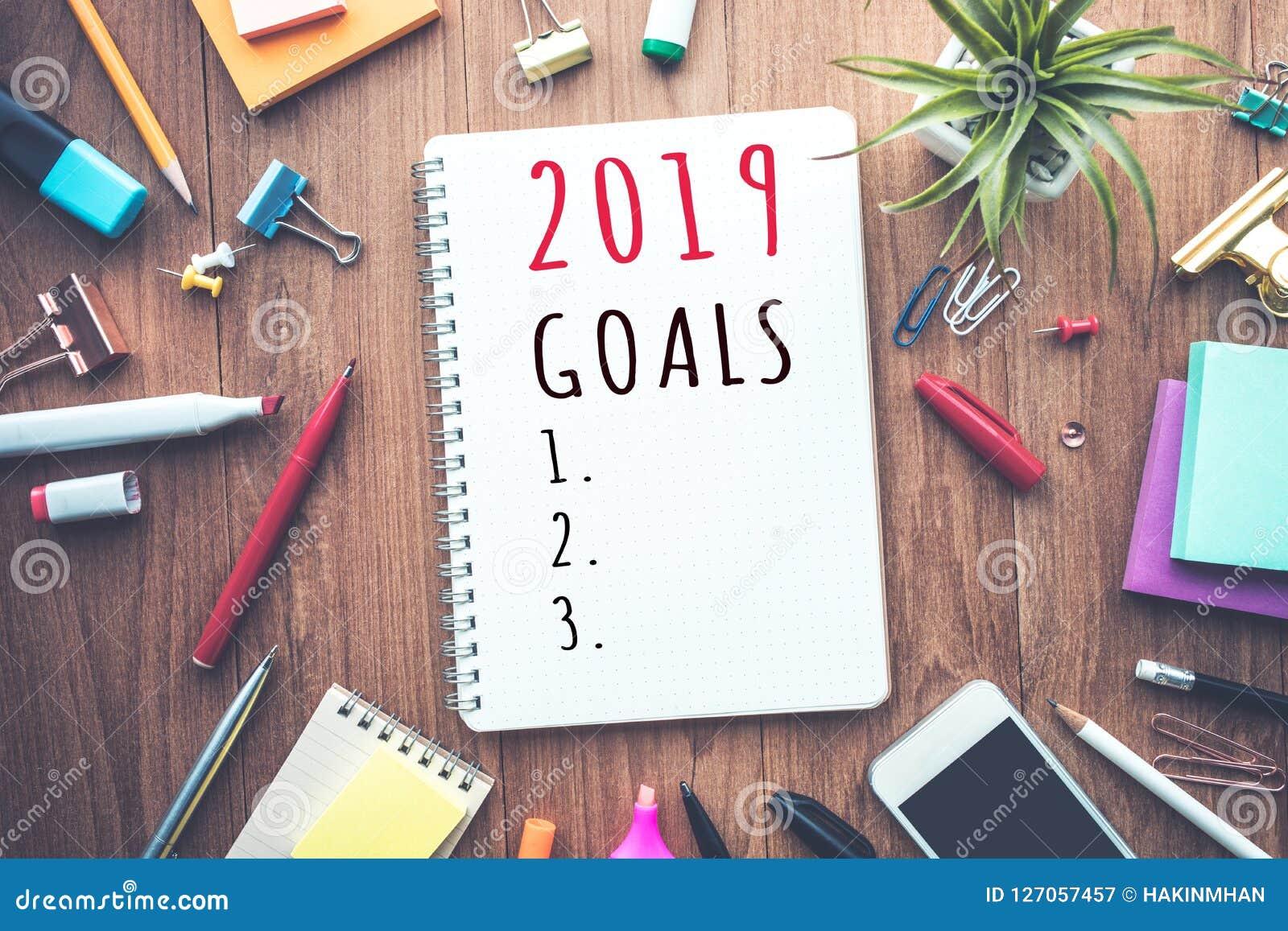 Texto de 2019 metas en la libreta con los accesorios de la oficina Plan empresarial
